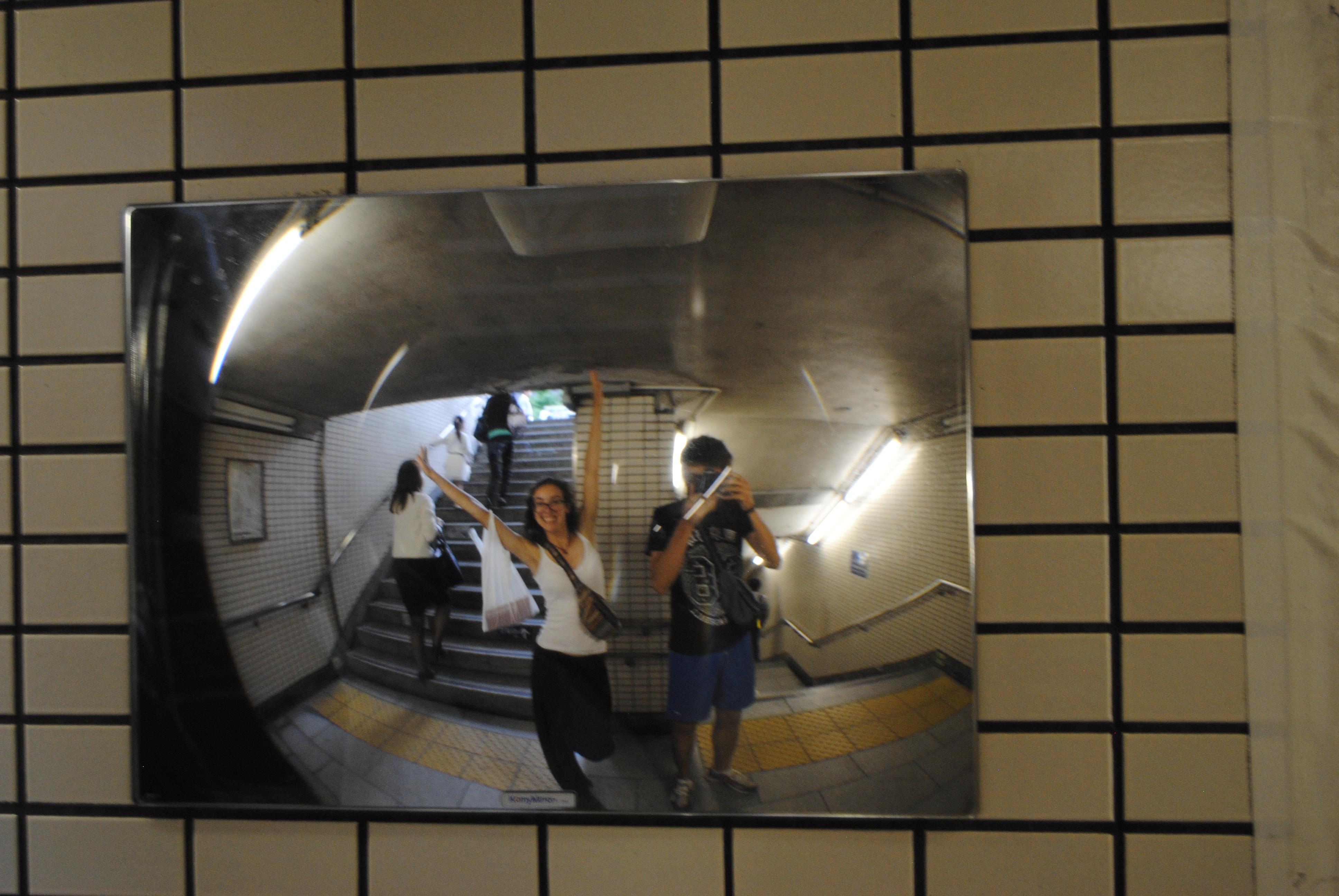 Espejo en la boca del metro de Tokyo