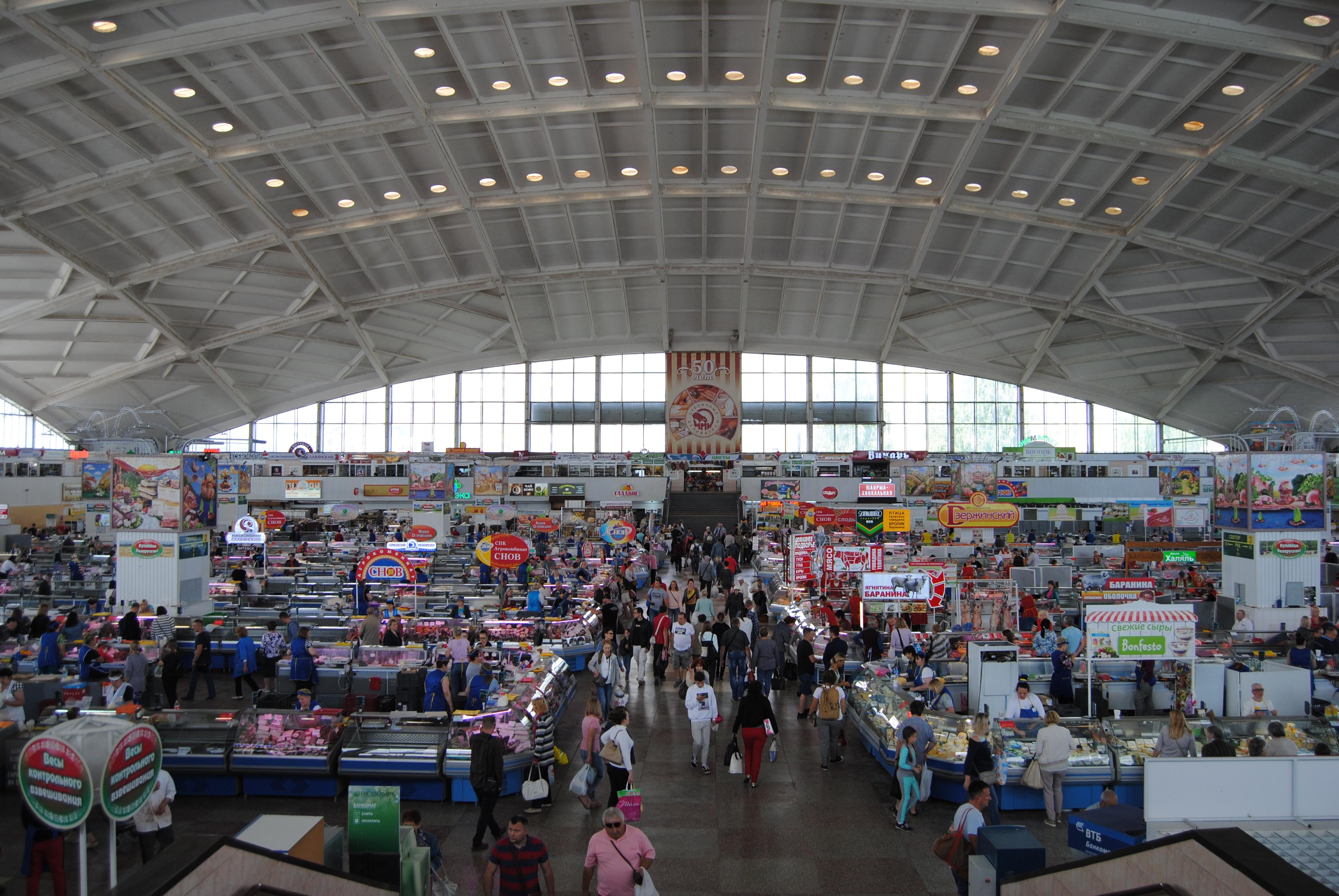 Interior del mercado de Komarovskiy de Minsk