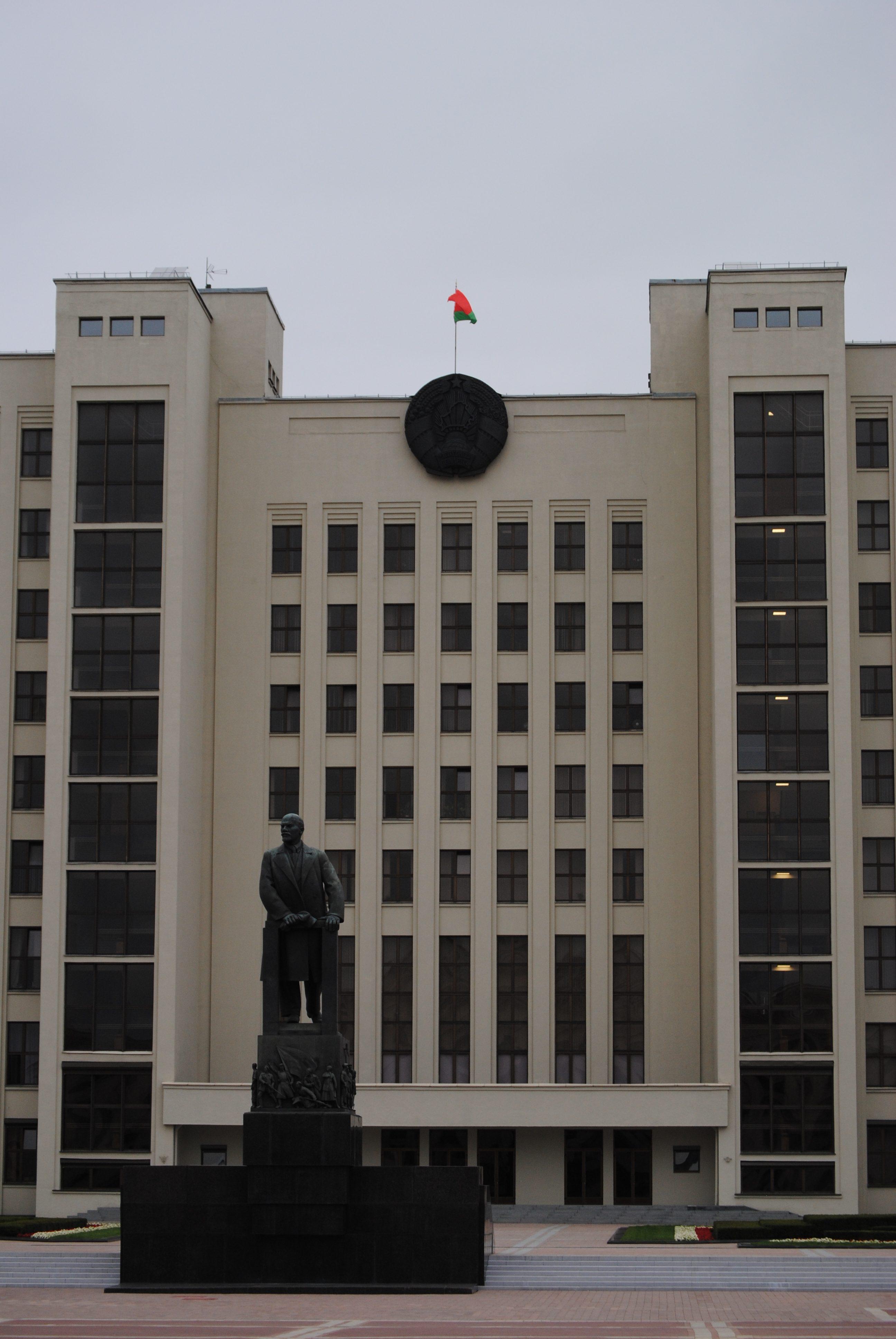Estatua de Vladimir Lenin delante del Parlamento de Bielorrusia