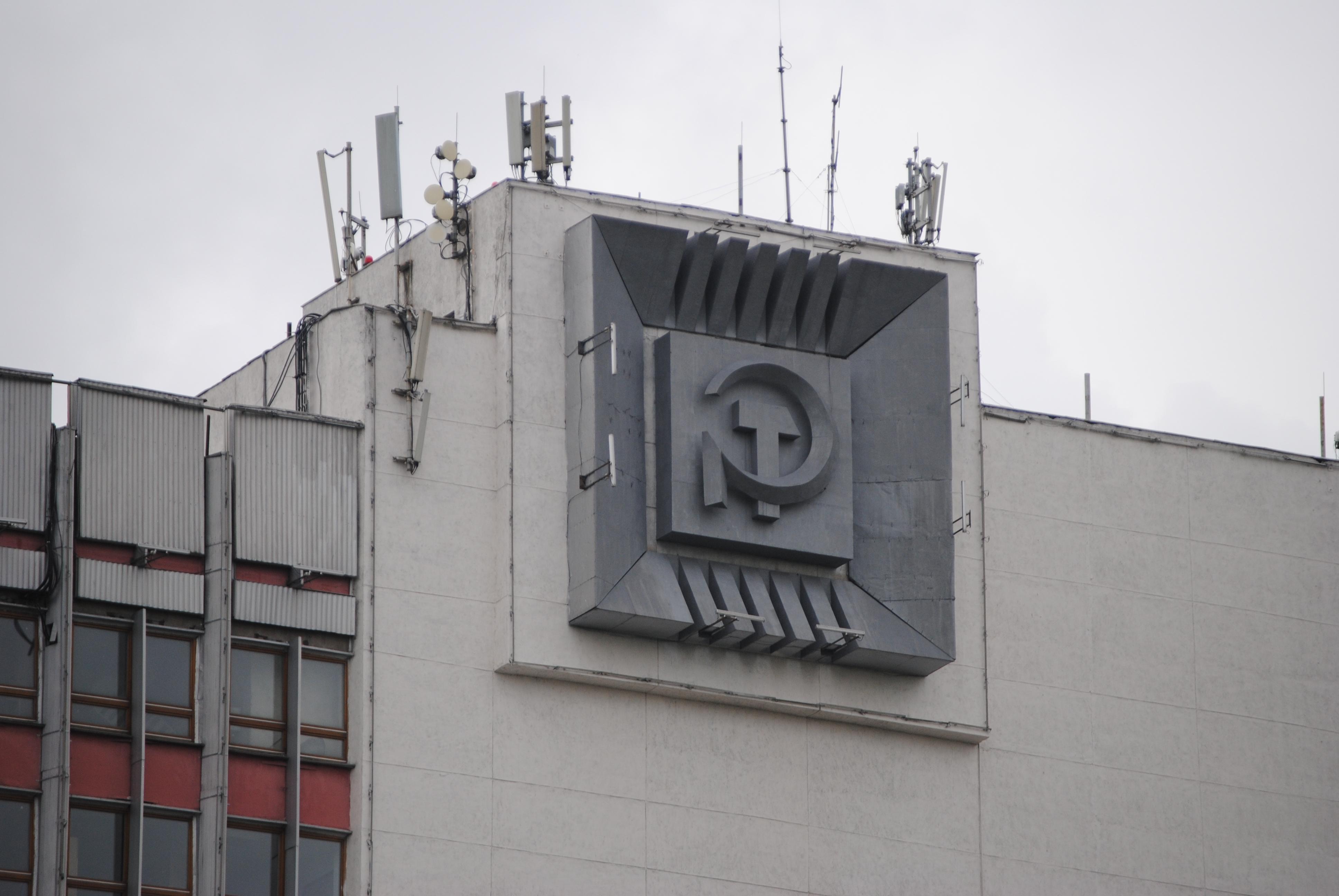 Emblema con la hoz y el martillo en un edificio de Minsk