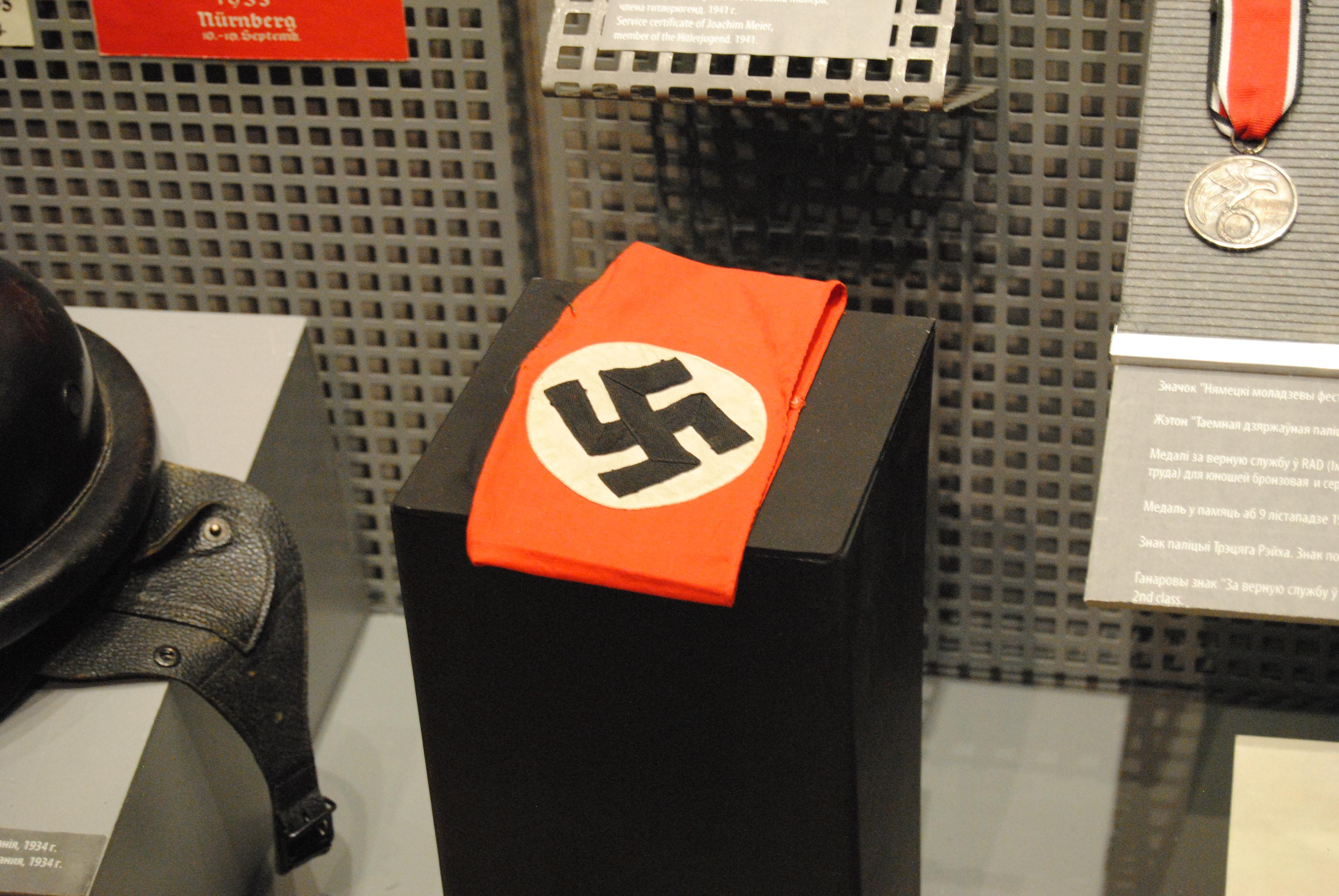 banda de brazo con el símbolo nazi