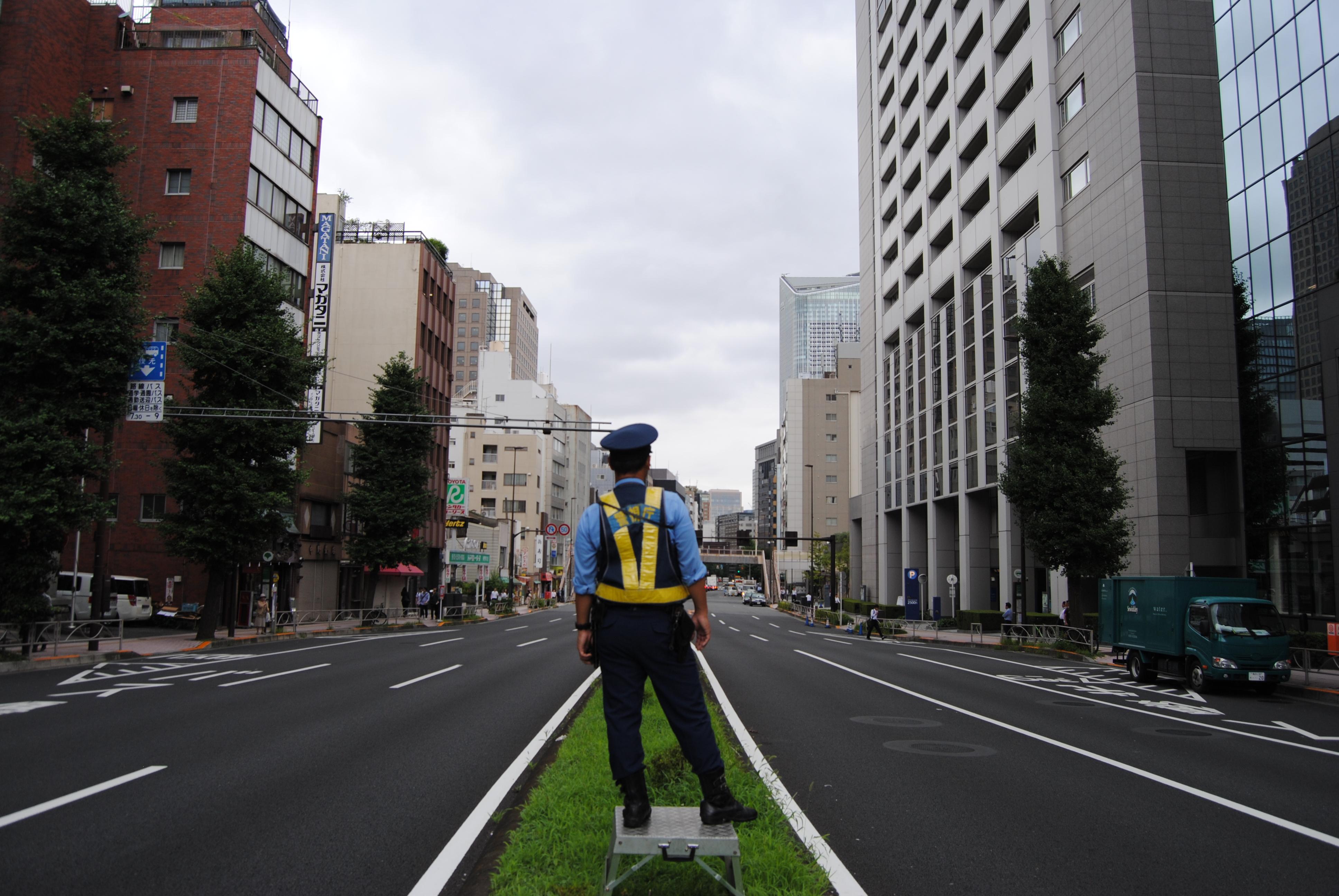 Policía haciendo señales en una calle de Tokyo