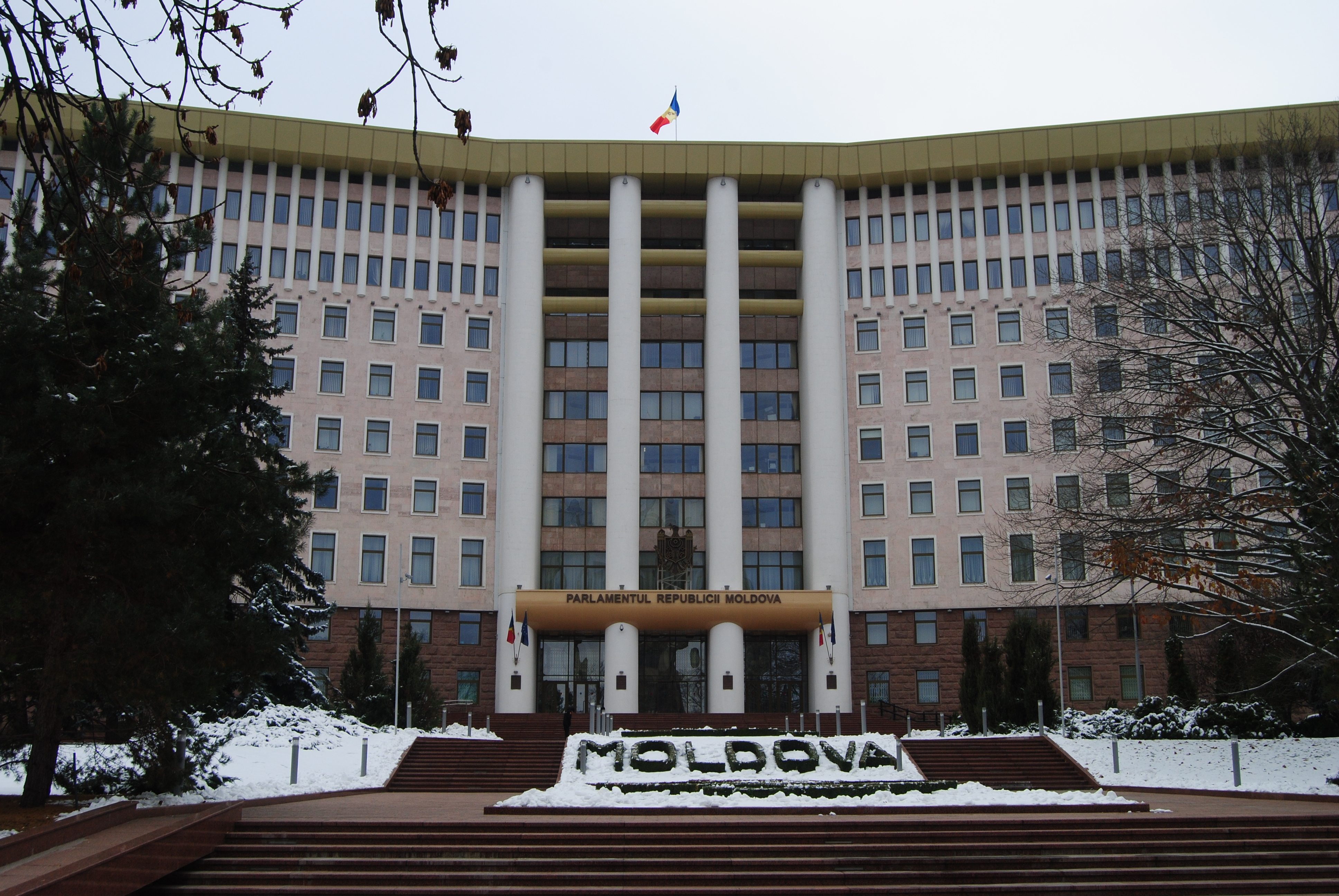 Parlamento de Moldavia entre la nieve