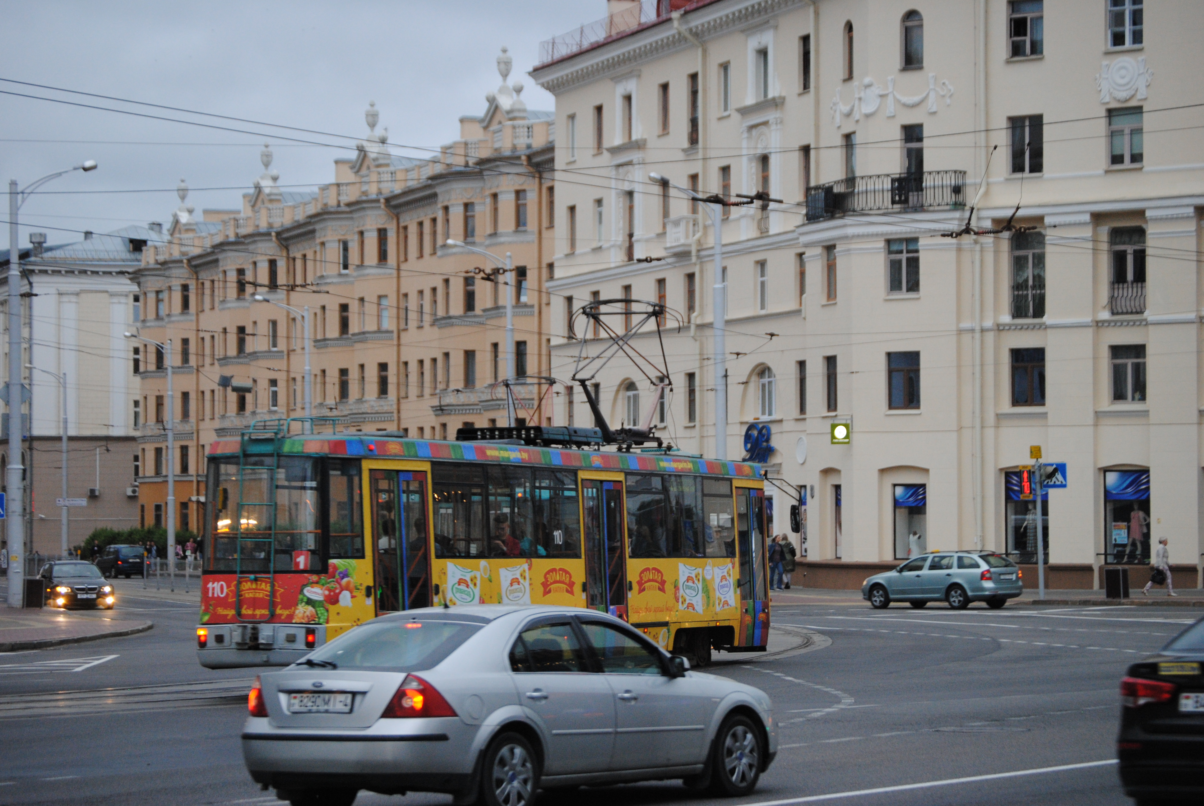 tranvía amarillo antiguo de Minsk
