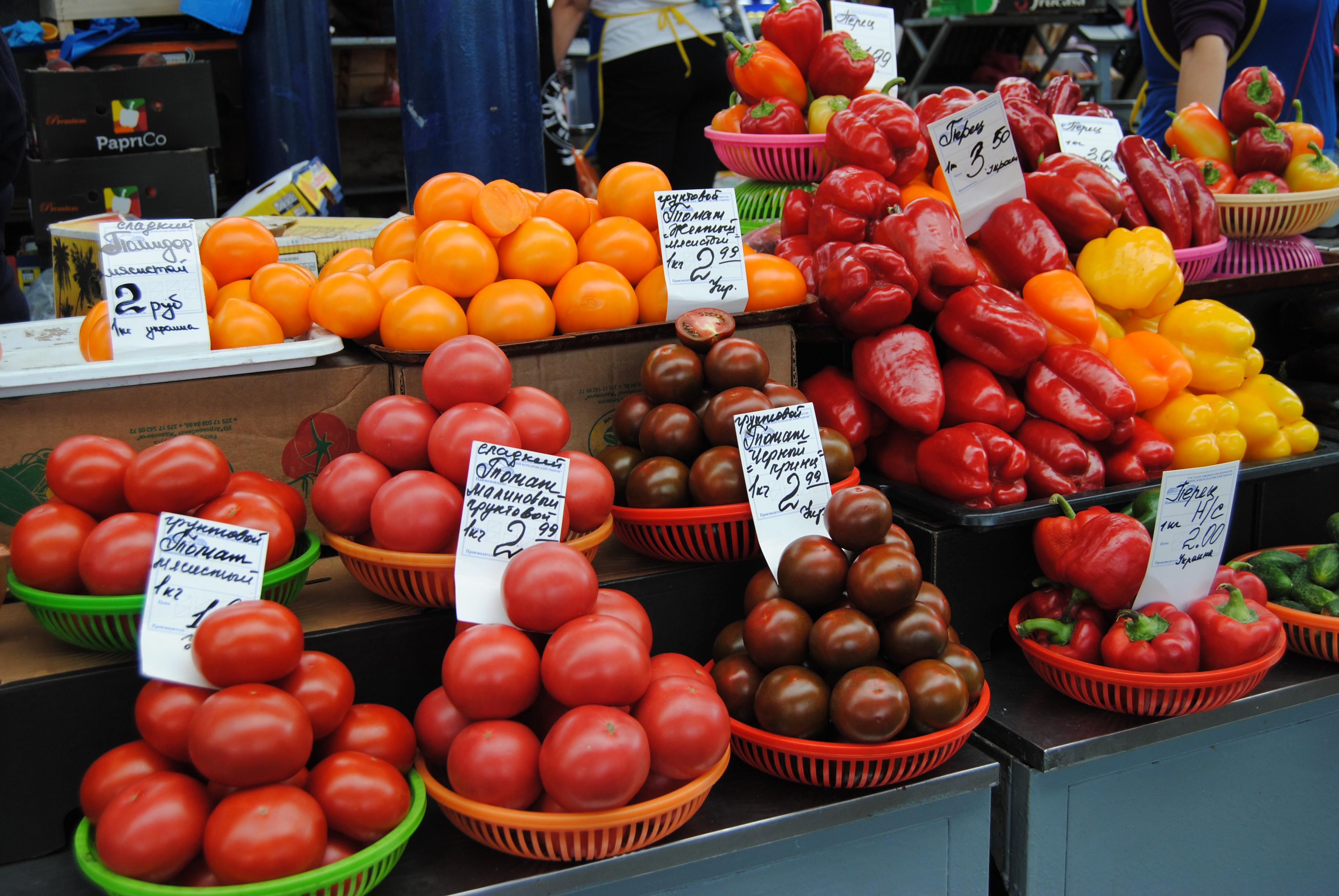 Tomates en el mercado de Komarovskiy de Minsk
