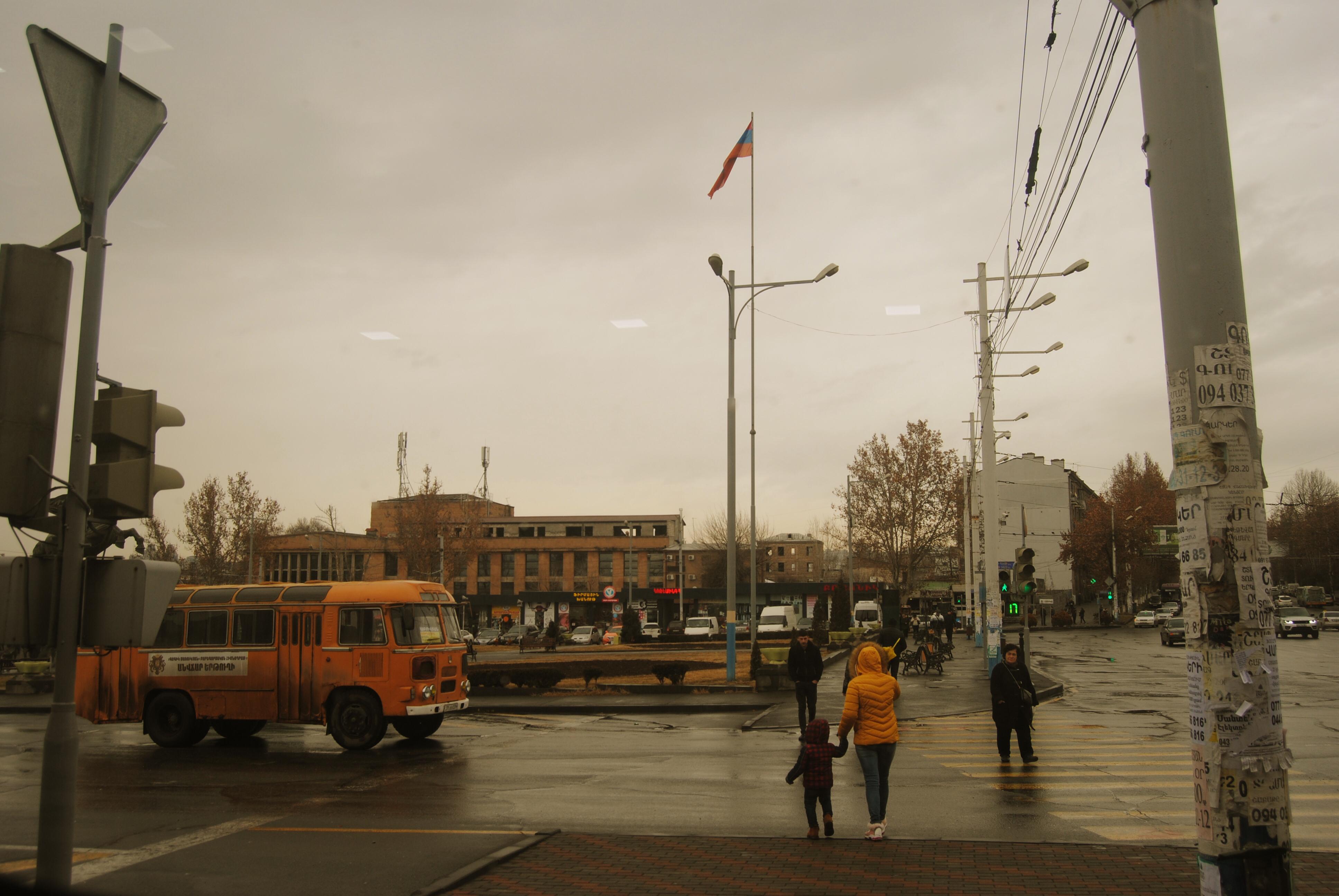 autobús amarillo en Ereván