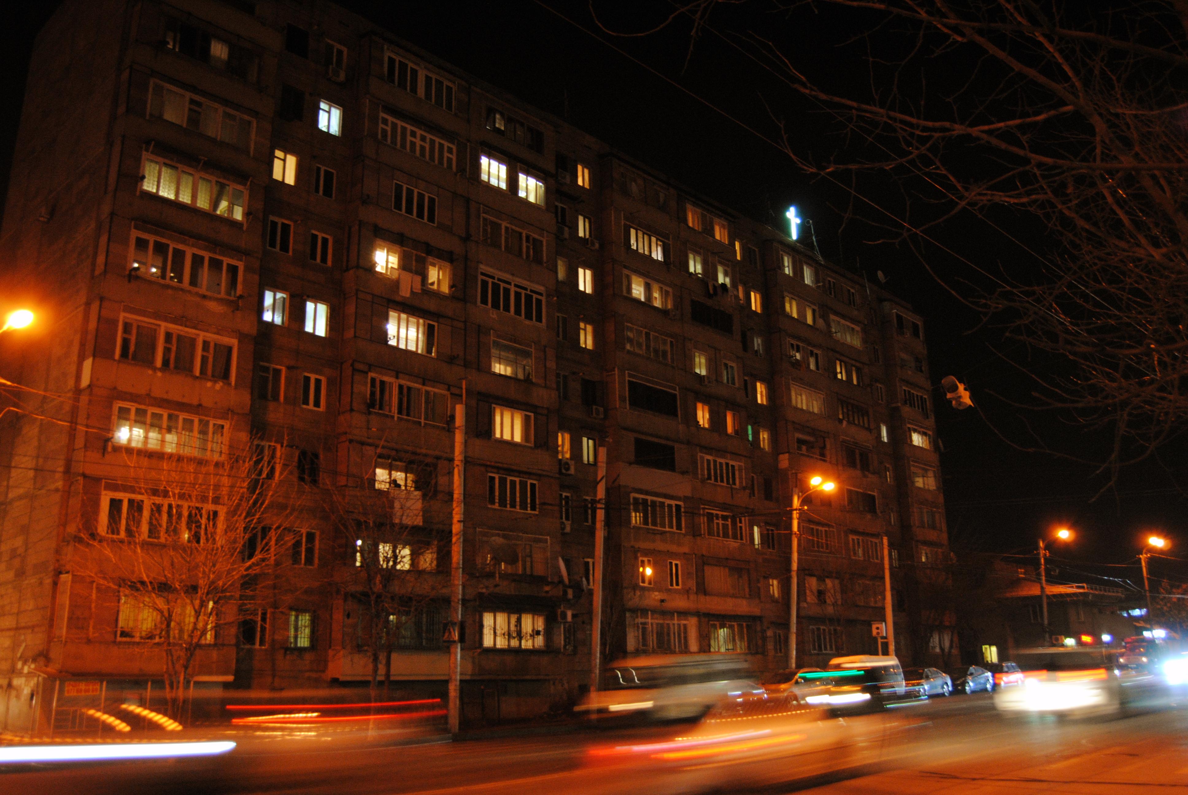Edificio en Ereván, por la noche