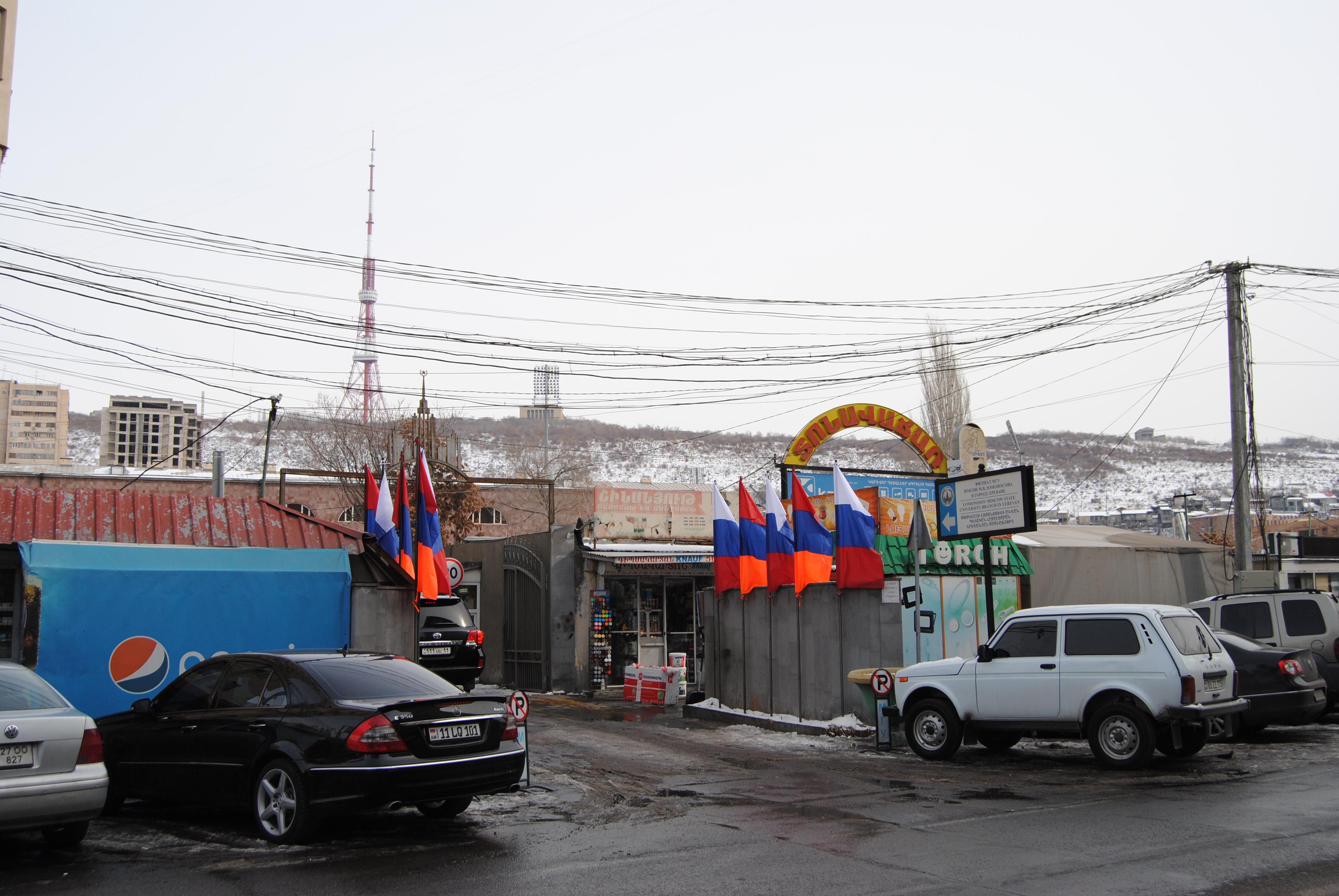 Banderas rusas y armenias en símbolo de fraternidad, ErevÁn, Armenia.