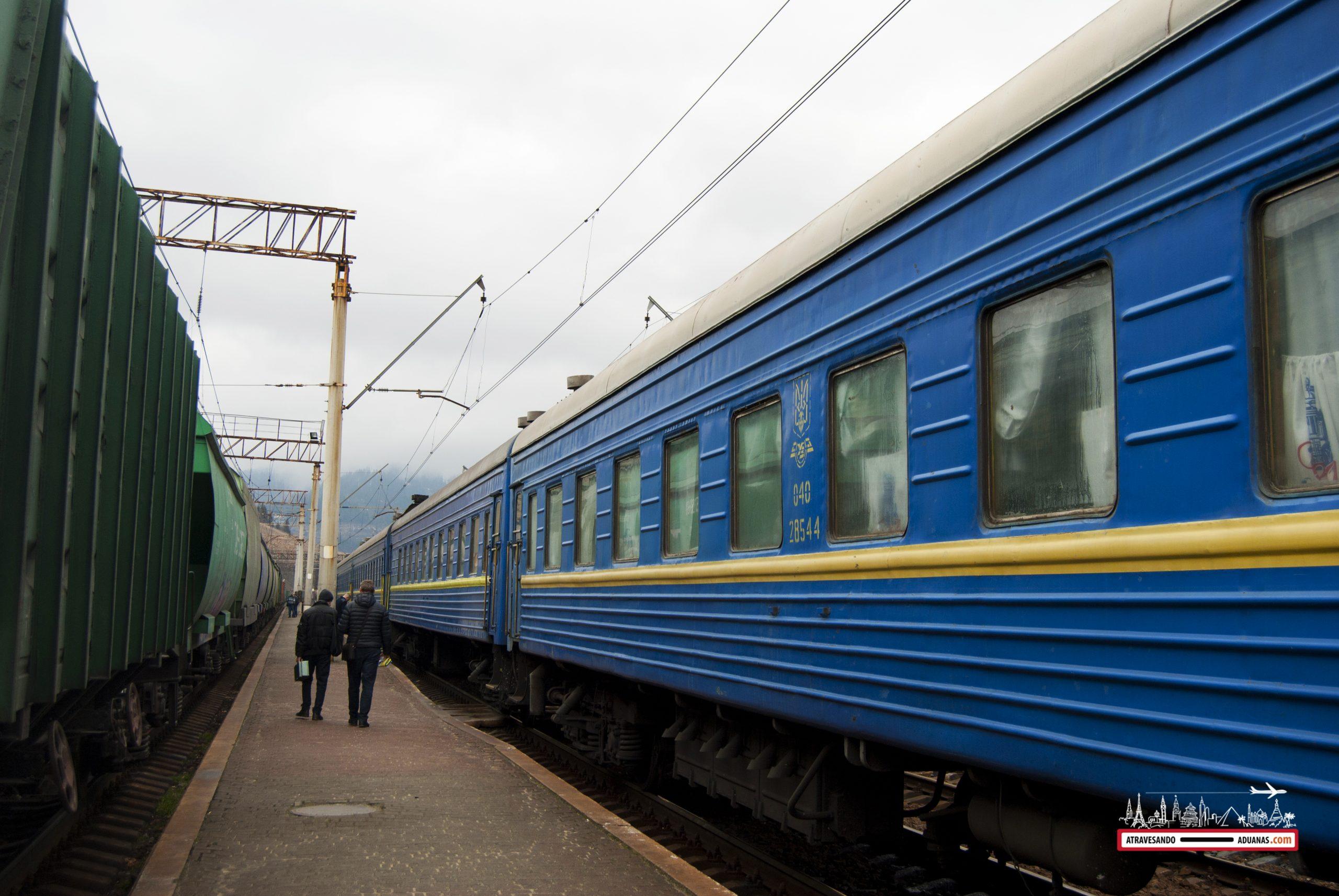 tren ucraniano de camino a la frontera húngara