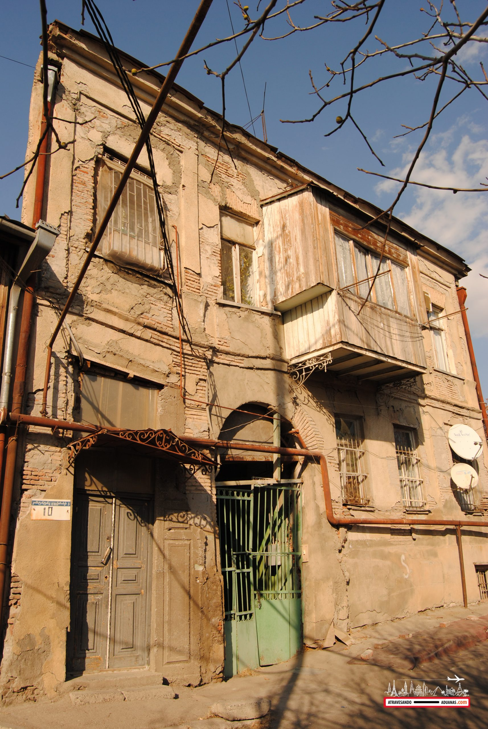 edificio en el barrio antiguo de avlabari
