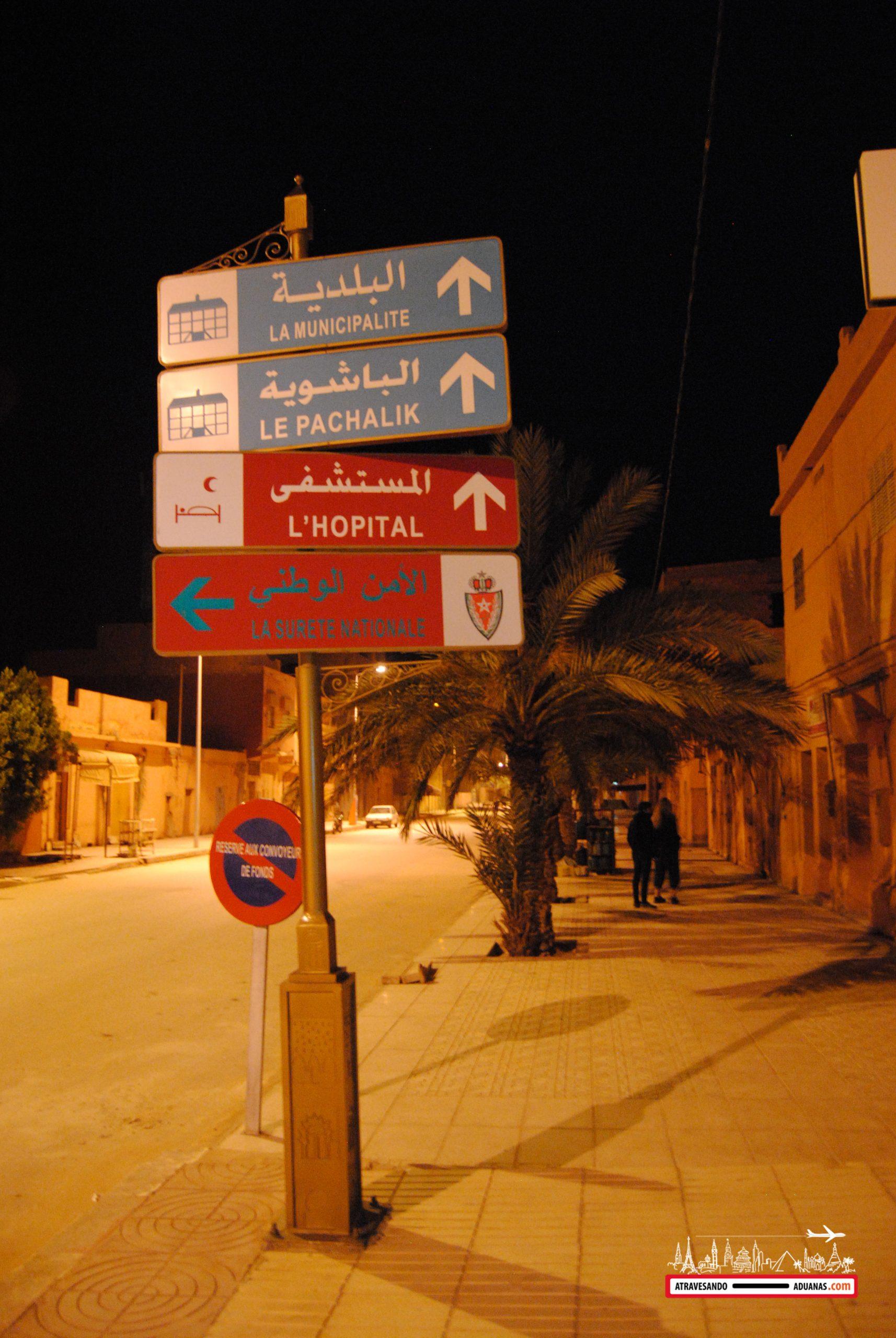 carteles indicando infraestructuras en figuig