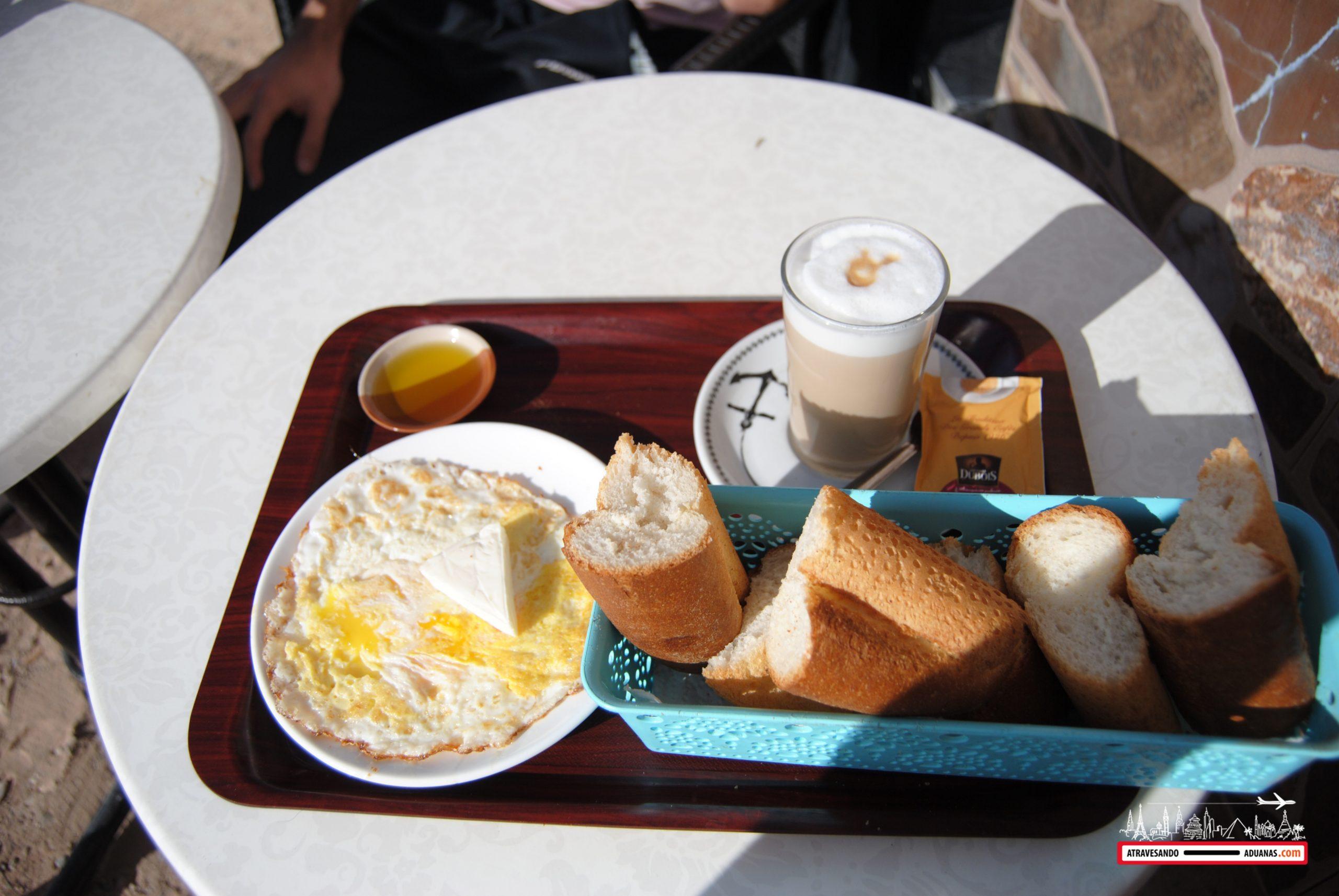 desayuno en un bar de figuig