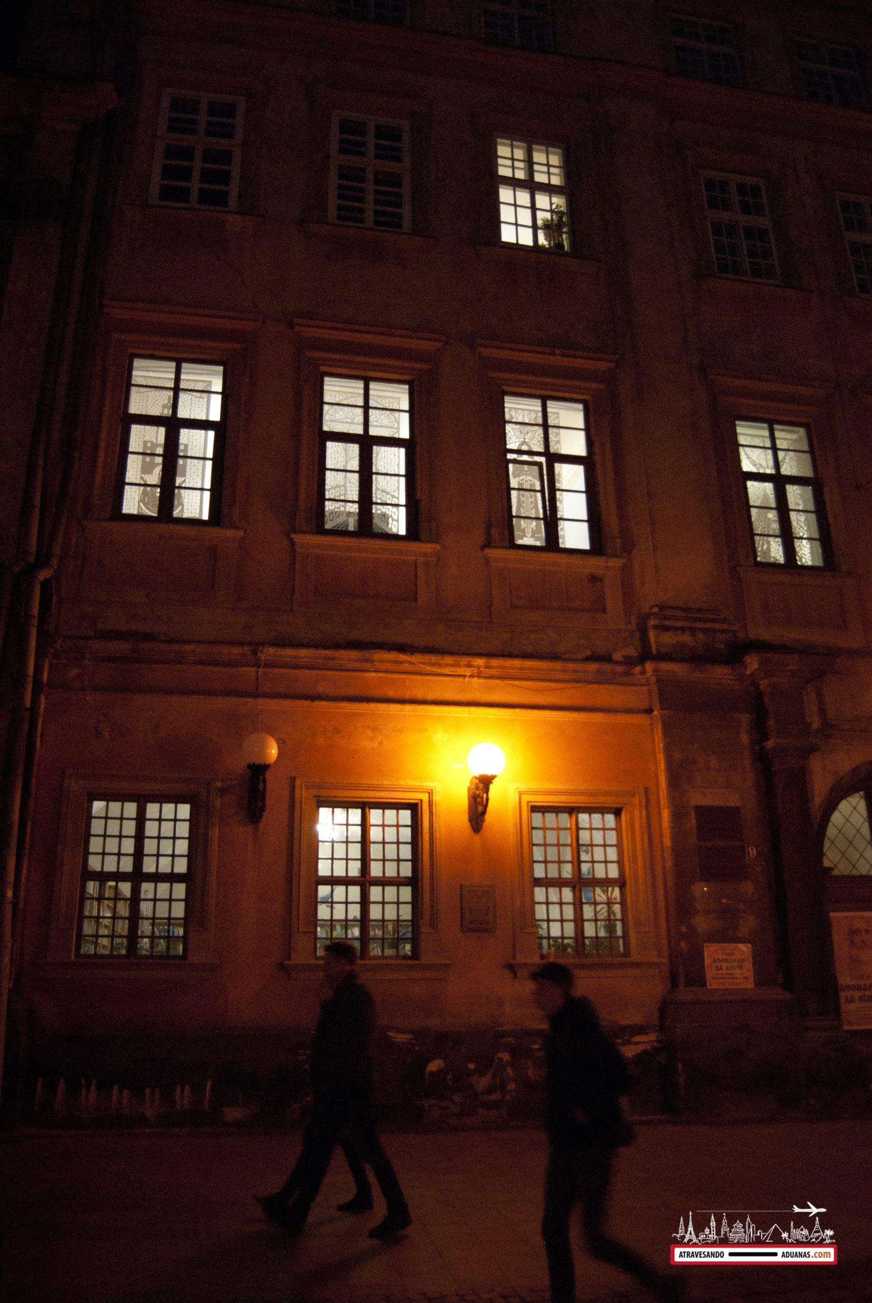 centro histórico de Lviv por la noche