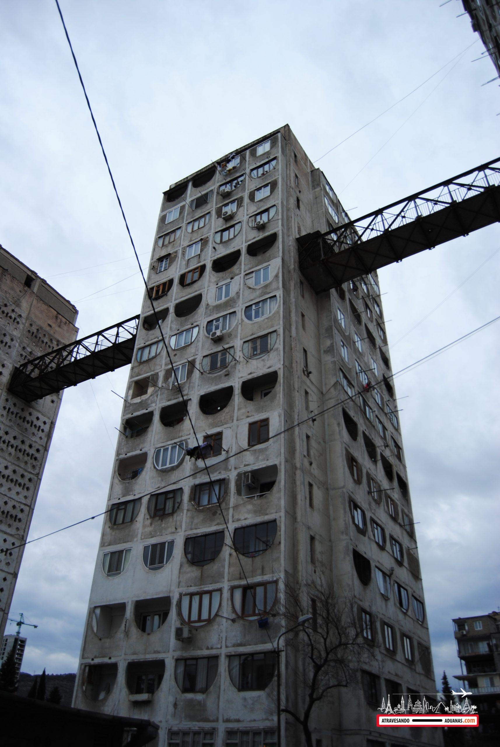 edificio soviético del barrio de saburtalo, tbilisi