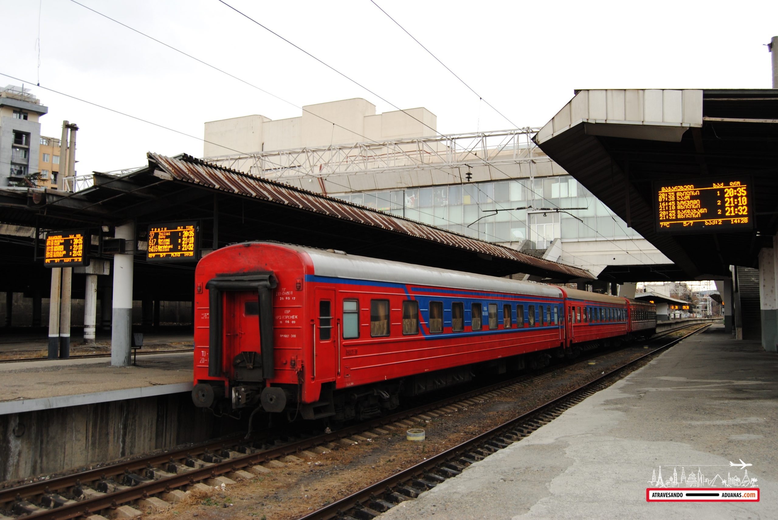 tren tbilisi-ereván en la estación de tren de tbilisi
