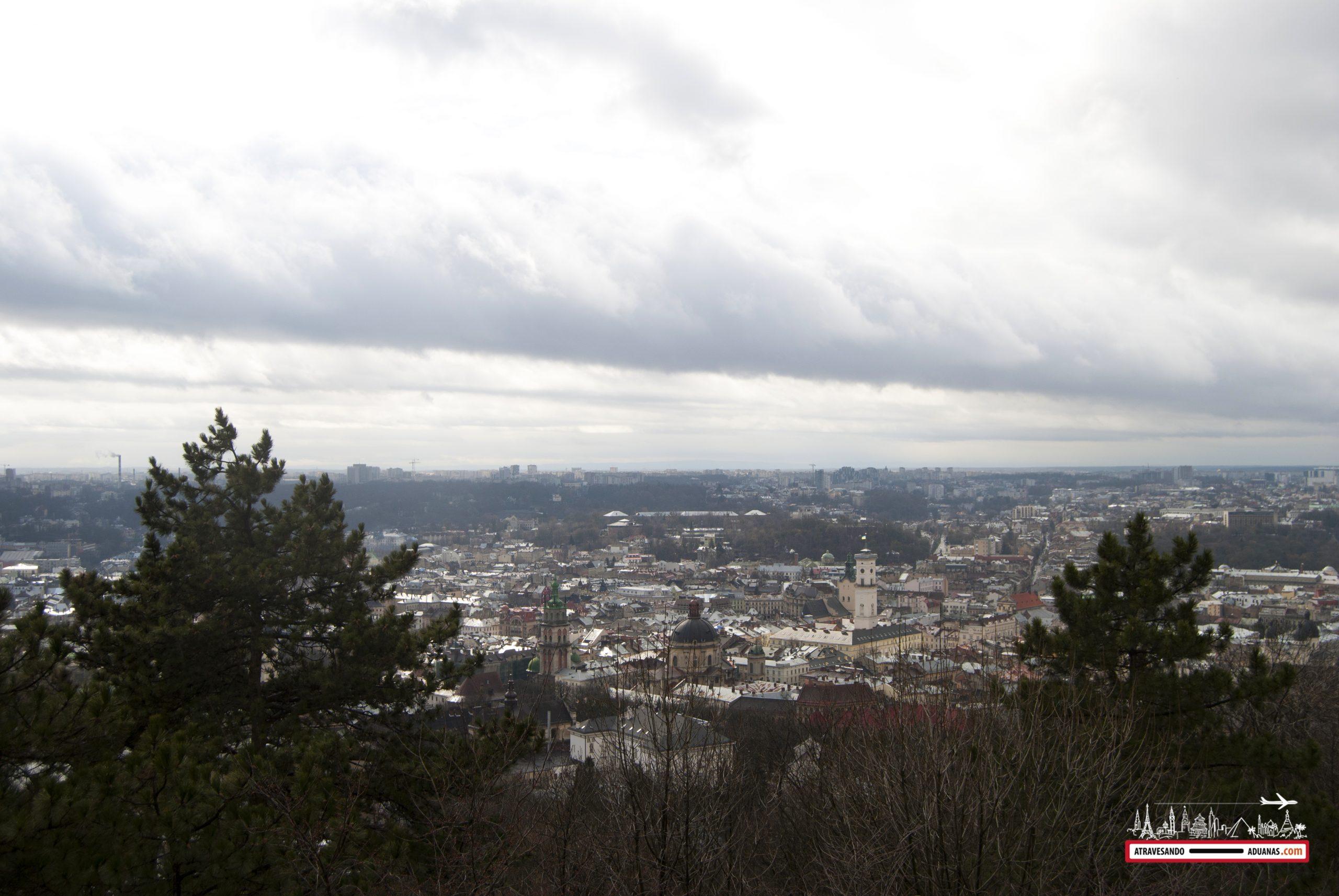 la ciudad de lviv vista desde el montículo