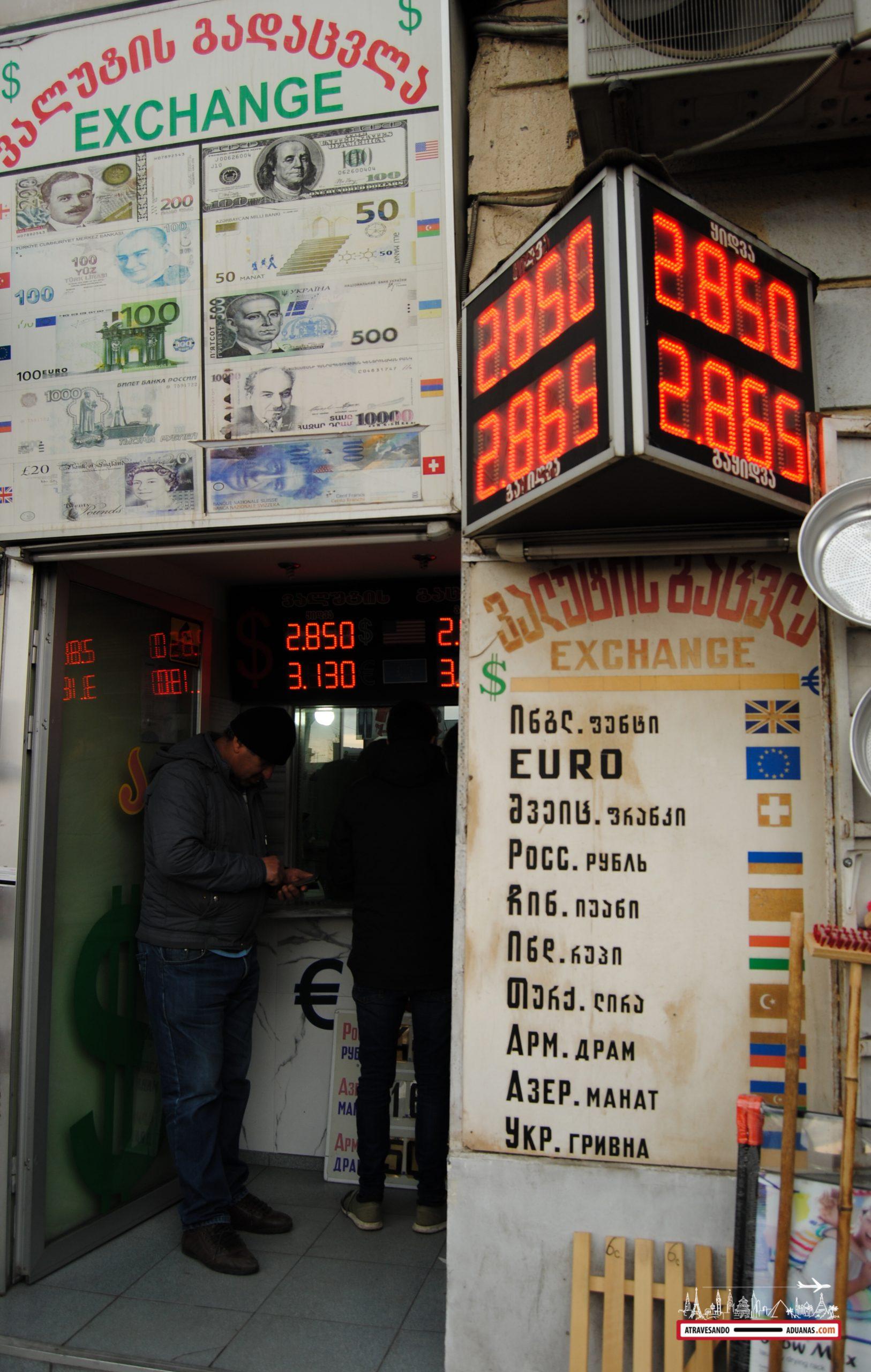 oficina de cambio en el dezerter bazaar de tbilisi