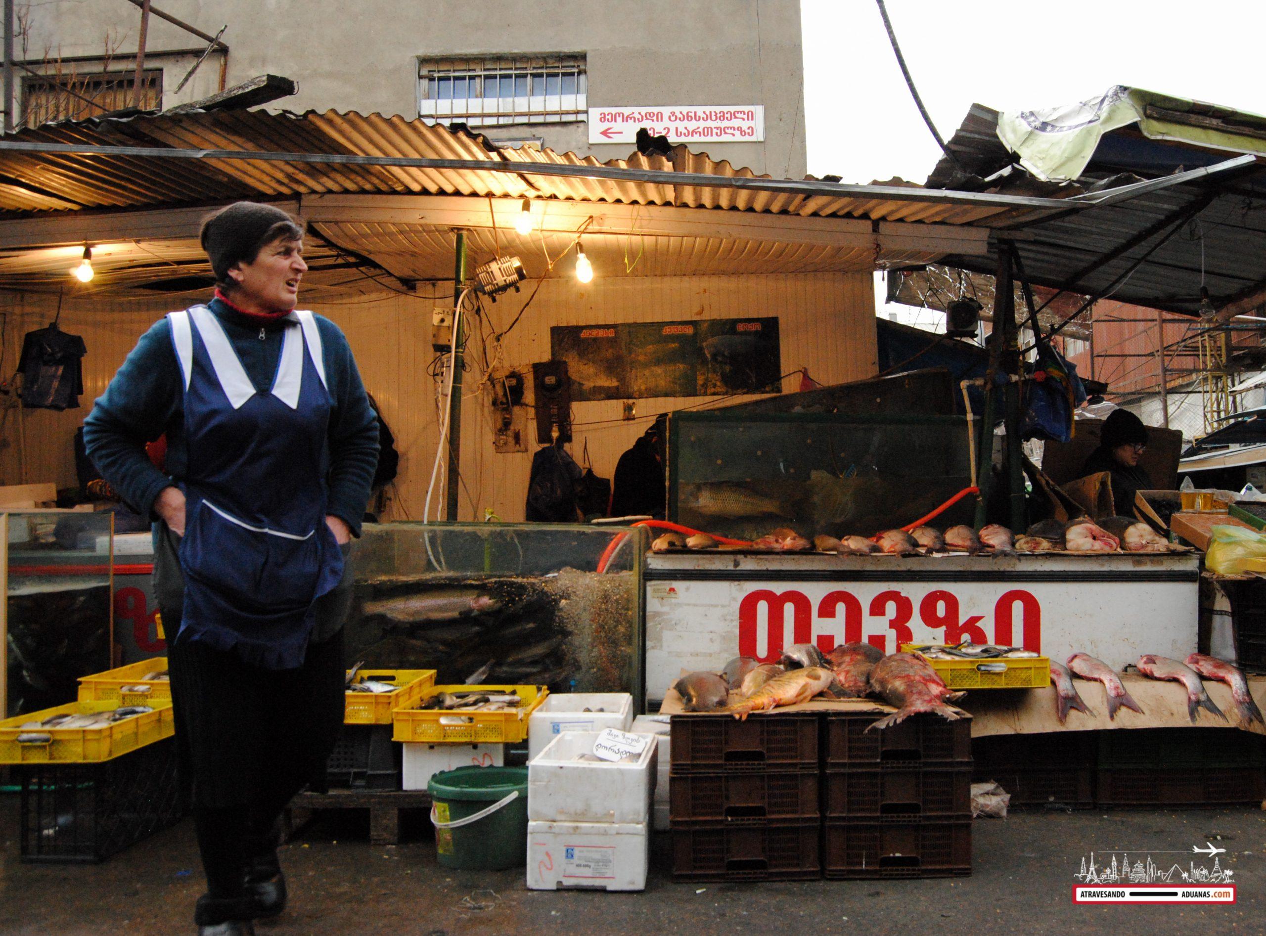 vendedora de pescado en el dezerter bazaar de tbilisi