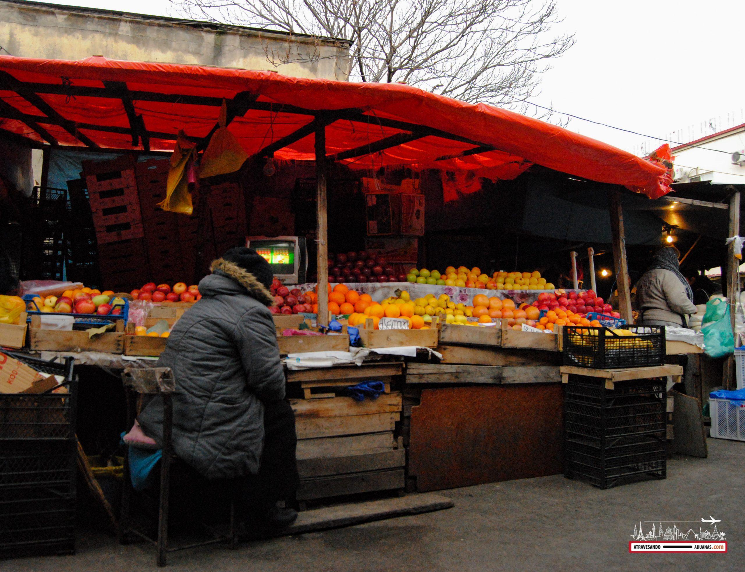 parada de fruta en el dezerter bazaar de tbilisi