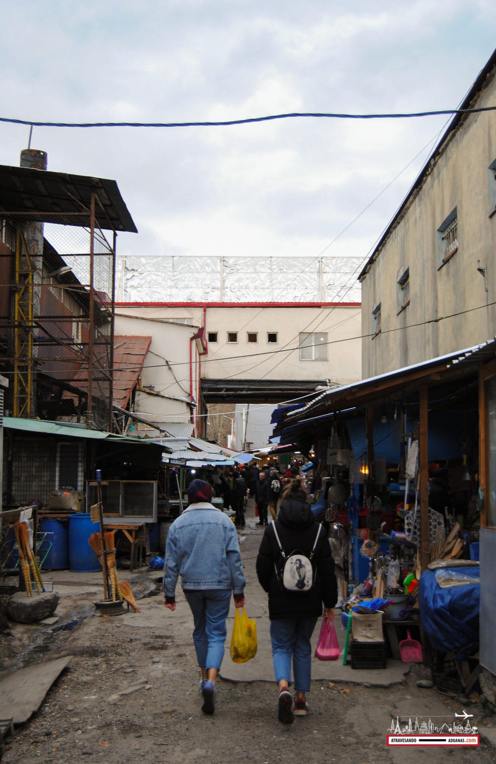 dos jóvenes paseando por el dezerter bazaar de tbilisi
