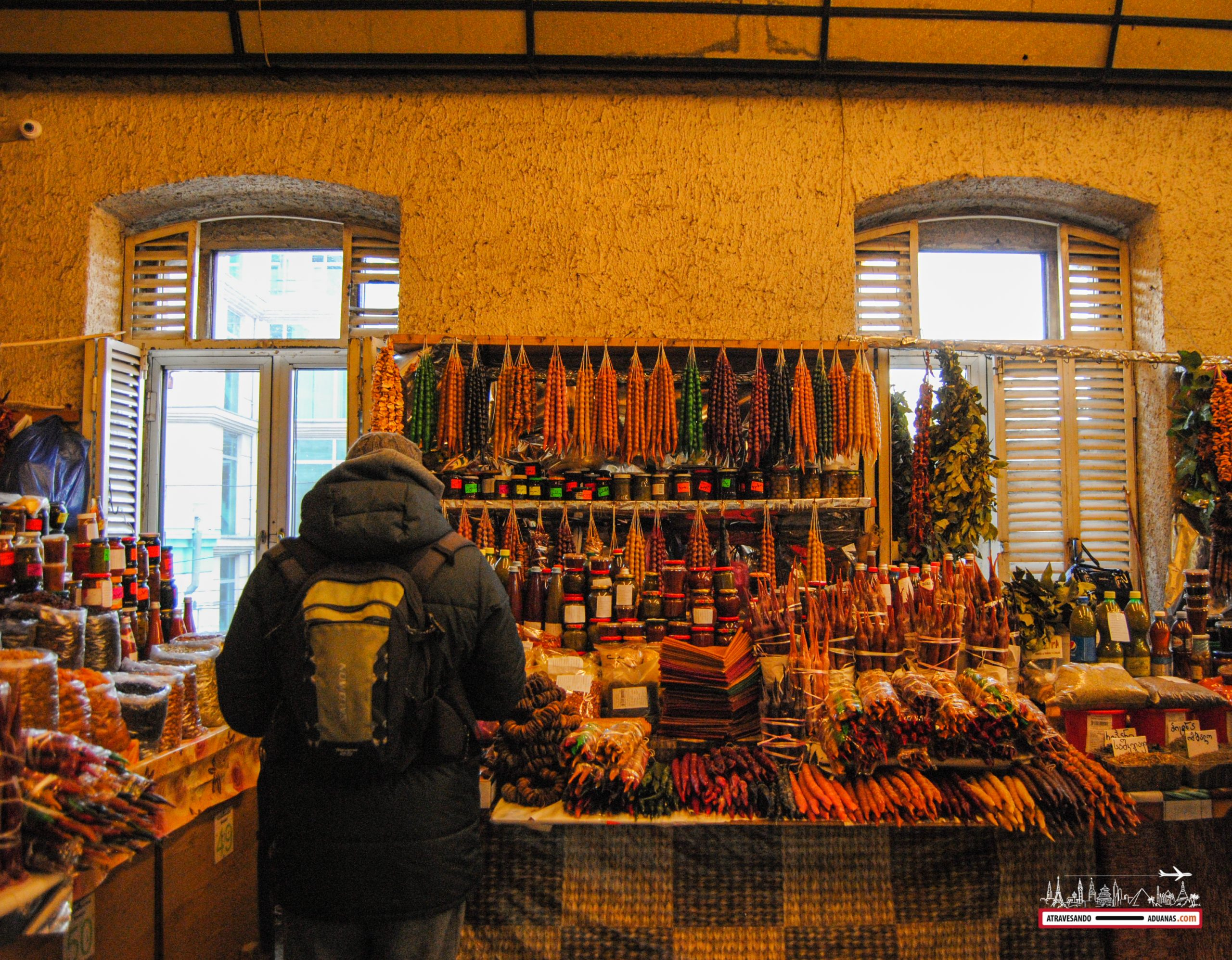 parada de churchkhela en el dezerter bazaar de tbilisi