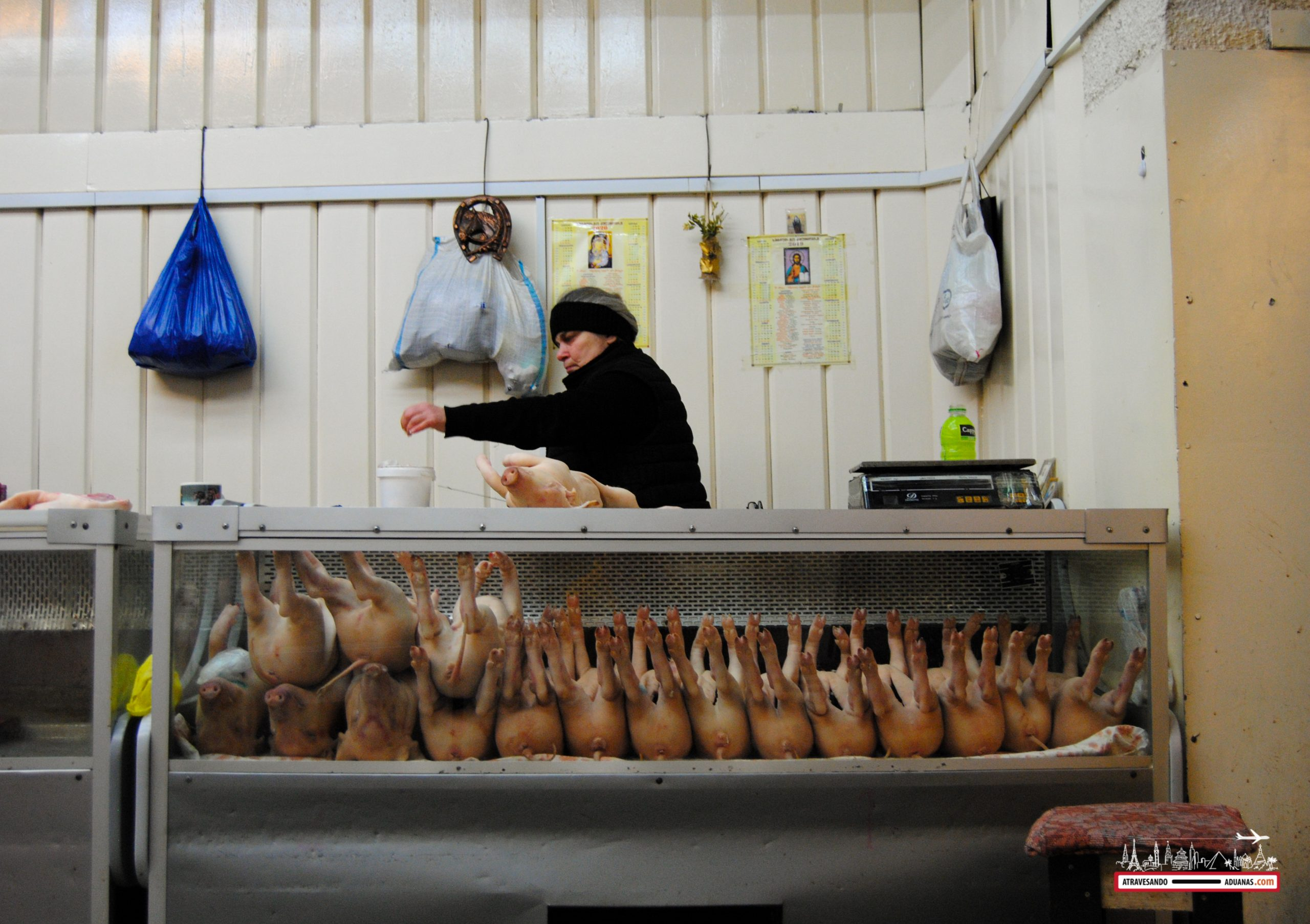 mujer cortando cerdos en el dezerter bazaar de tbilisi