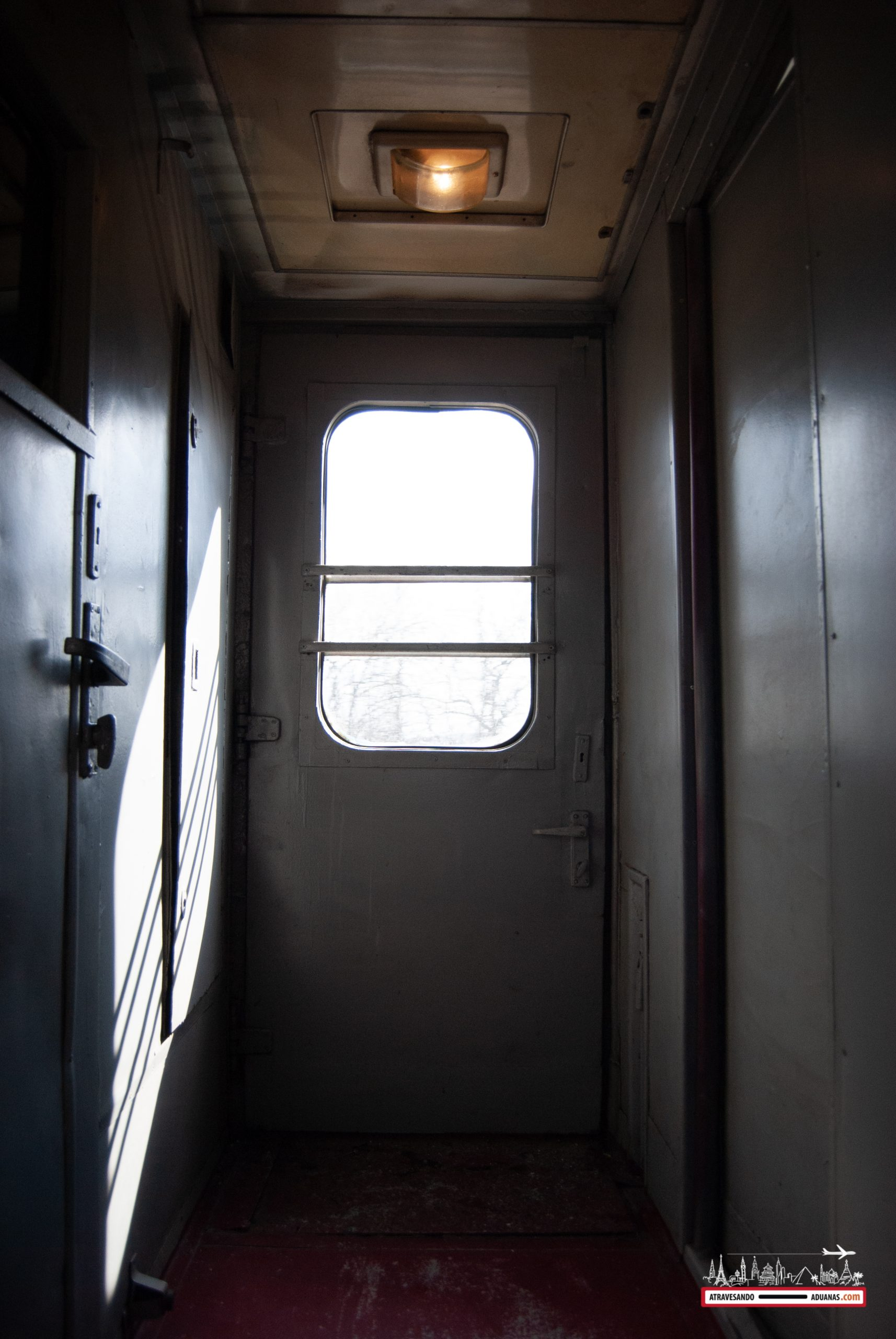 pequeño compartimento entre vagones de tercera clase en ucrania