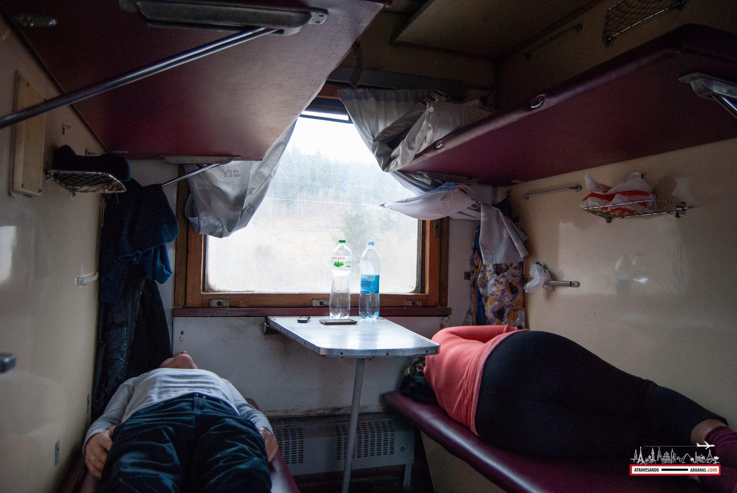 personas en un vagón de tercera clase de un tren ucraniano