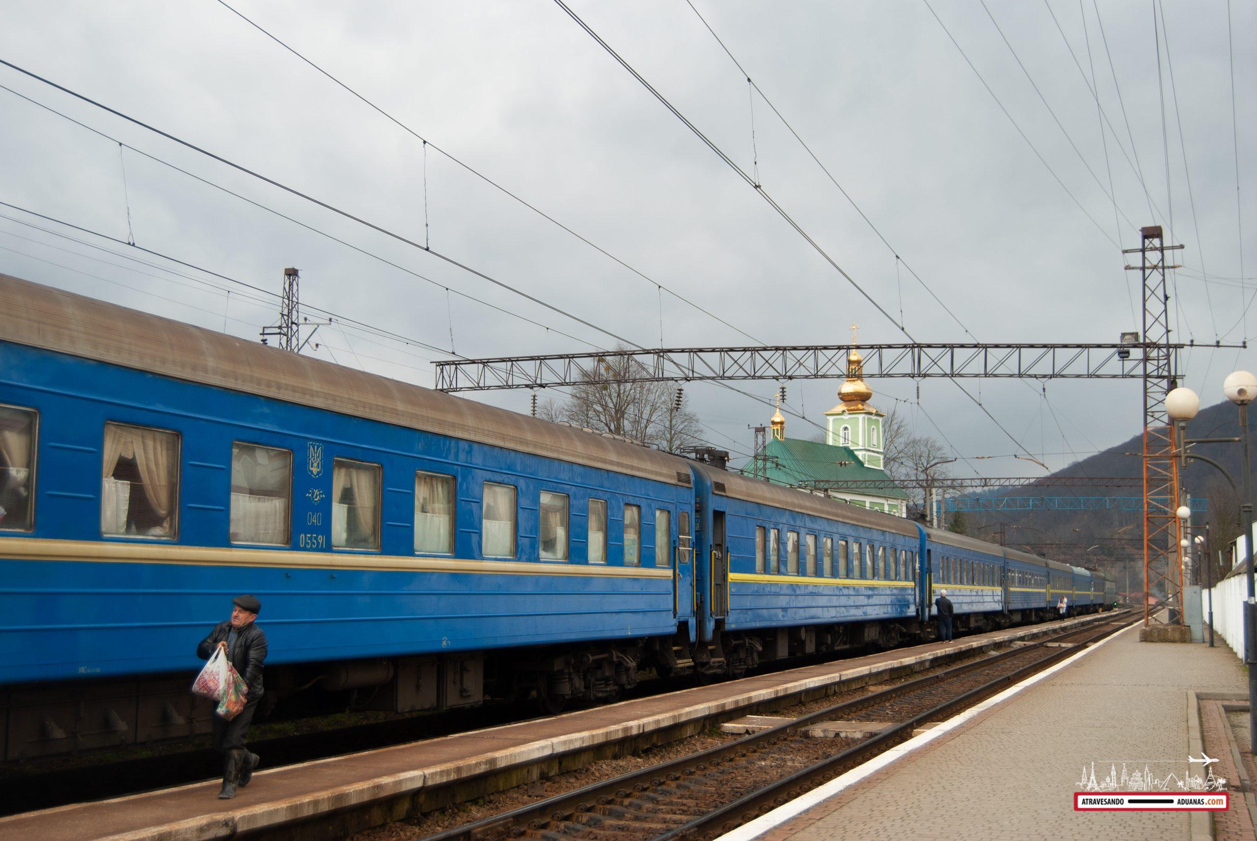 tren ucraniano parado en los cárpatos