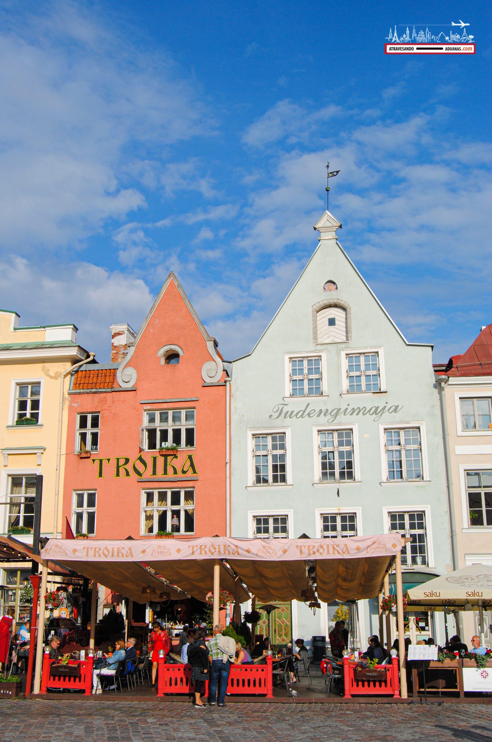 Casitas en la plaza del ayuntamiento de Tallinn