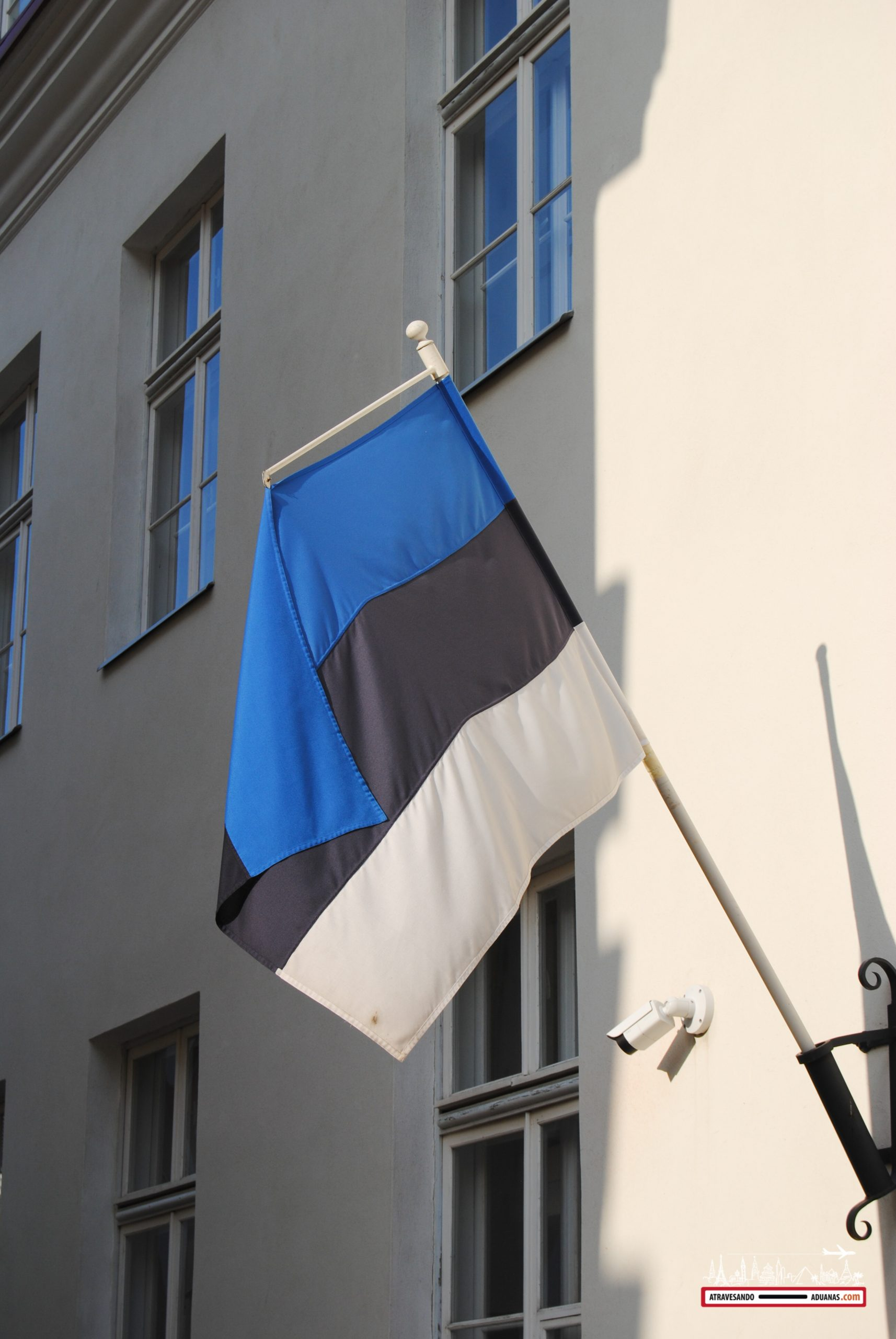 Bandera estonia en una calle de Tallinn