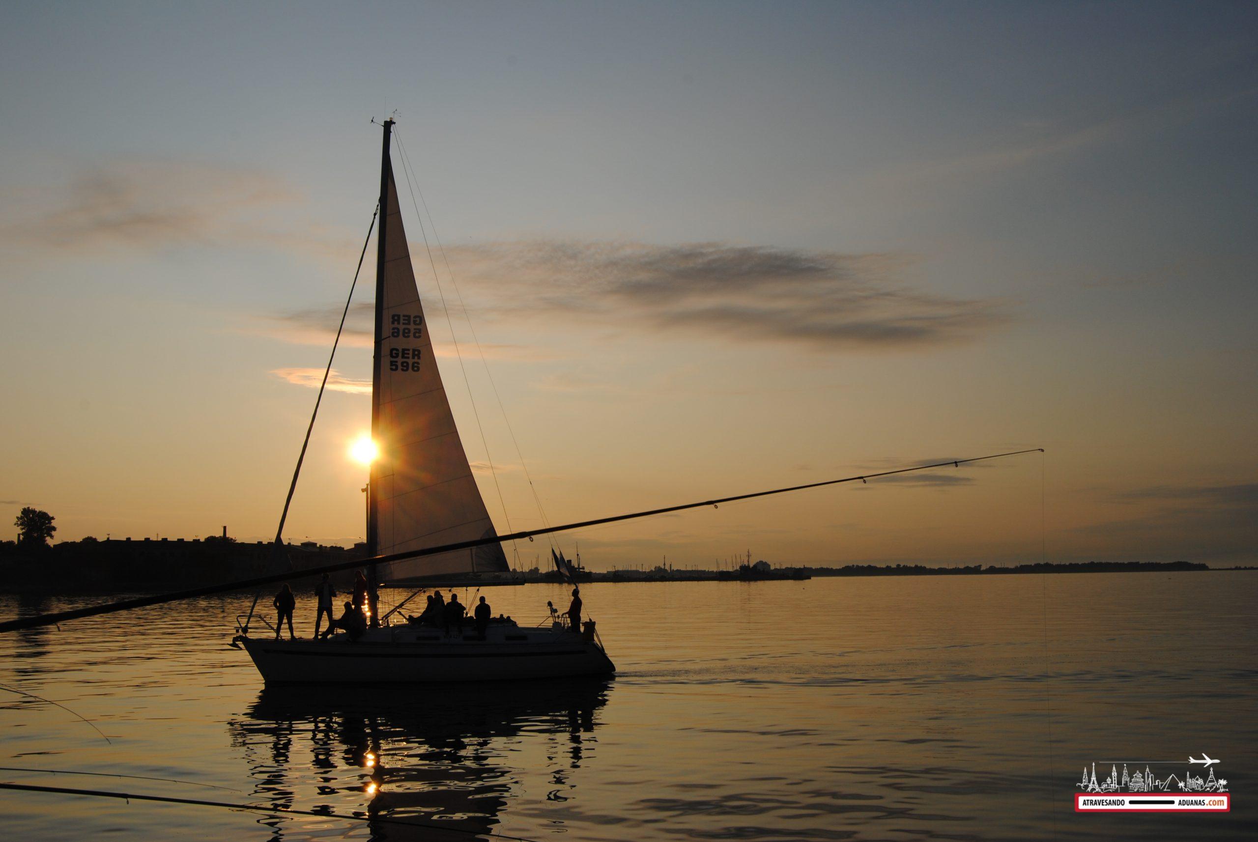 Barco de vela al atardecer, Tallinn