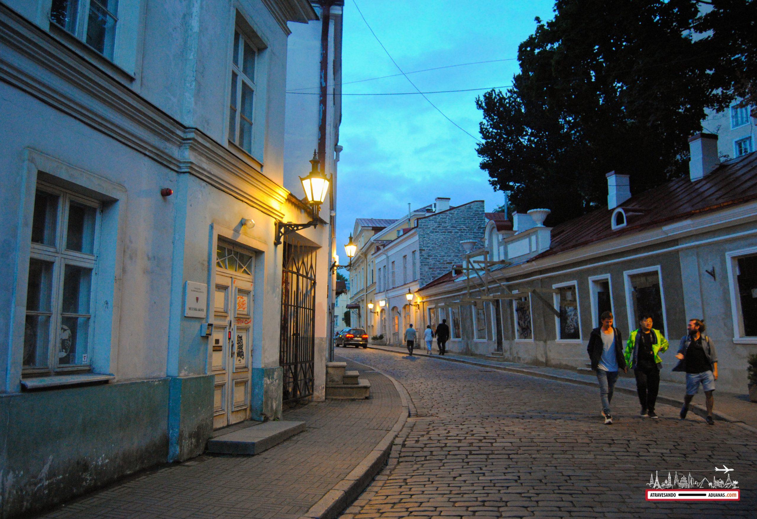 Tallinn al caer la noche