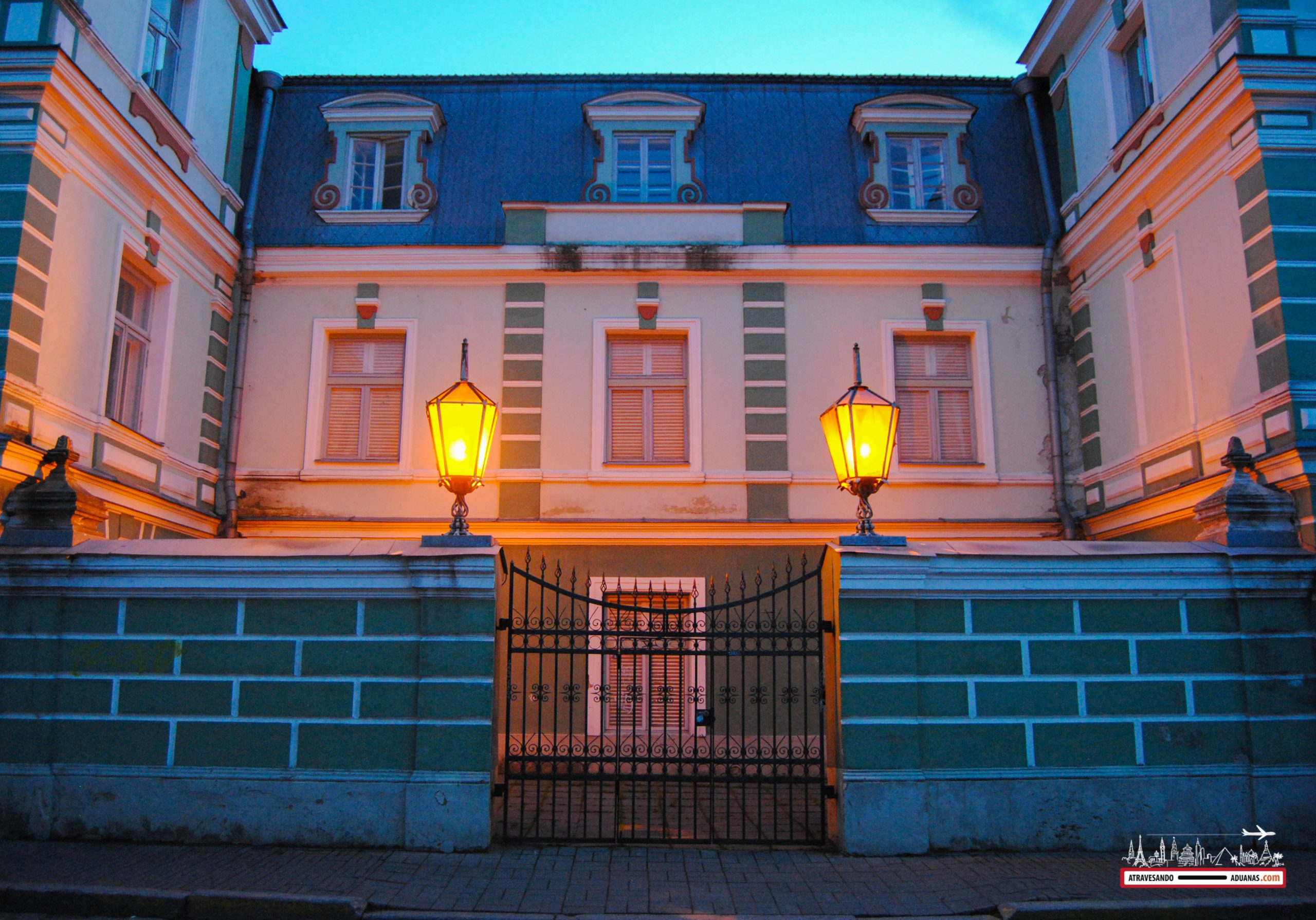 Casita en Tallinn al caer la noche