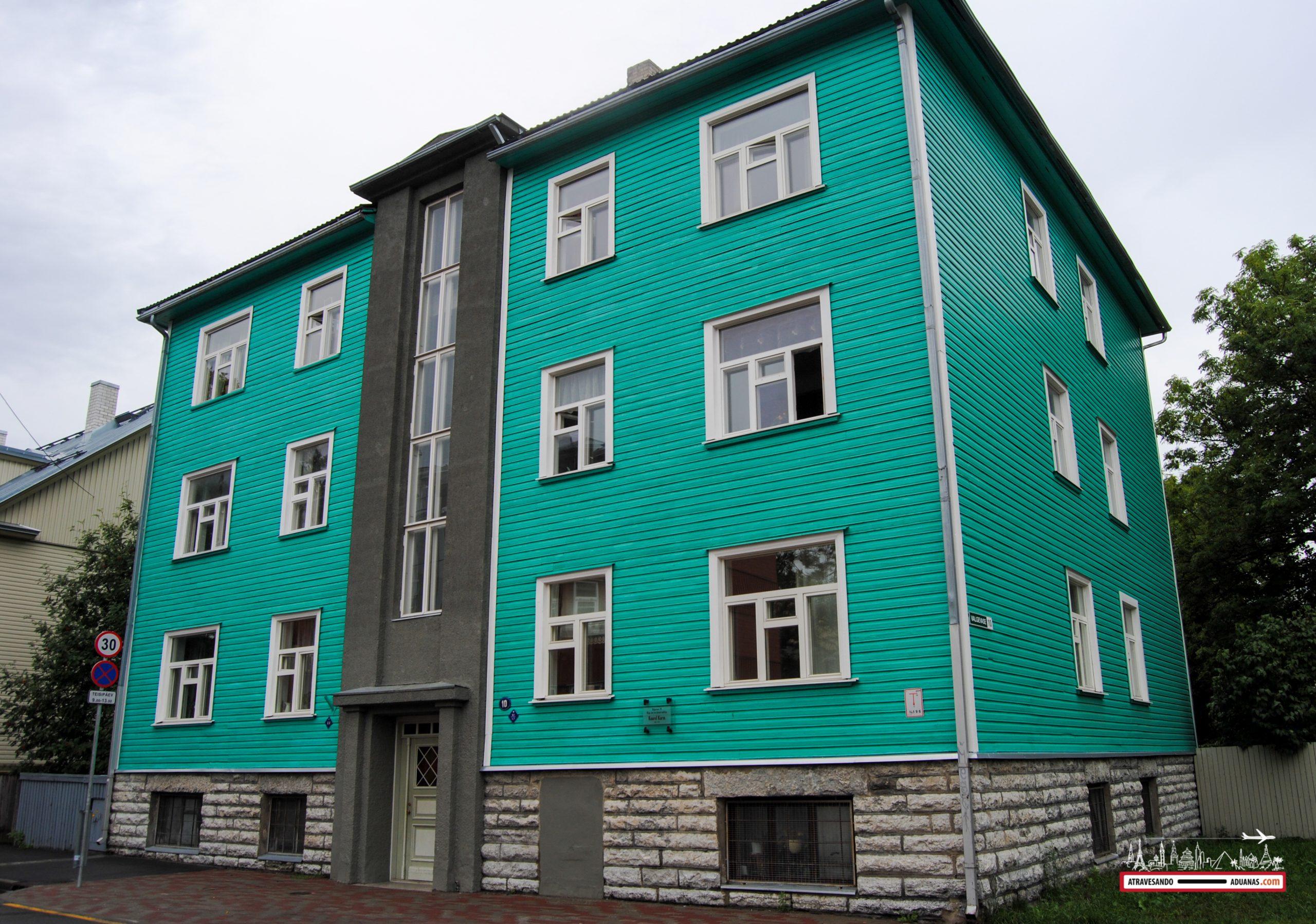 Casita de color verde y madera en Kalamaja, Tallinn