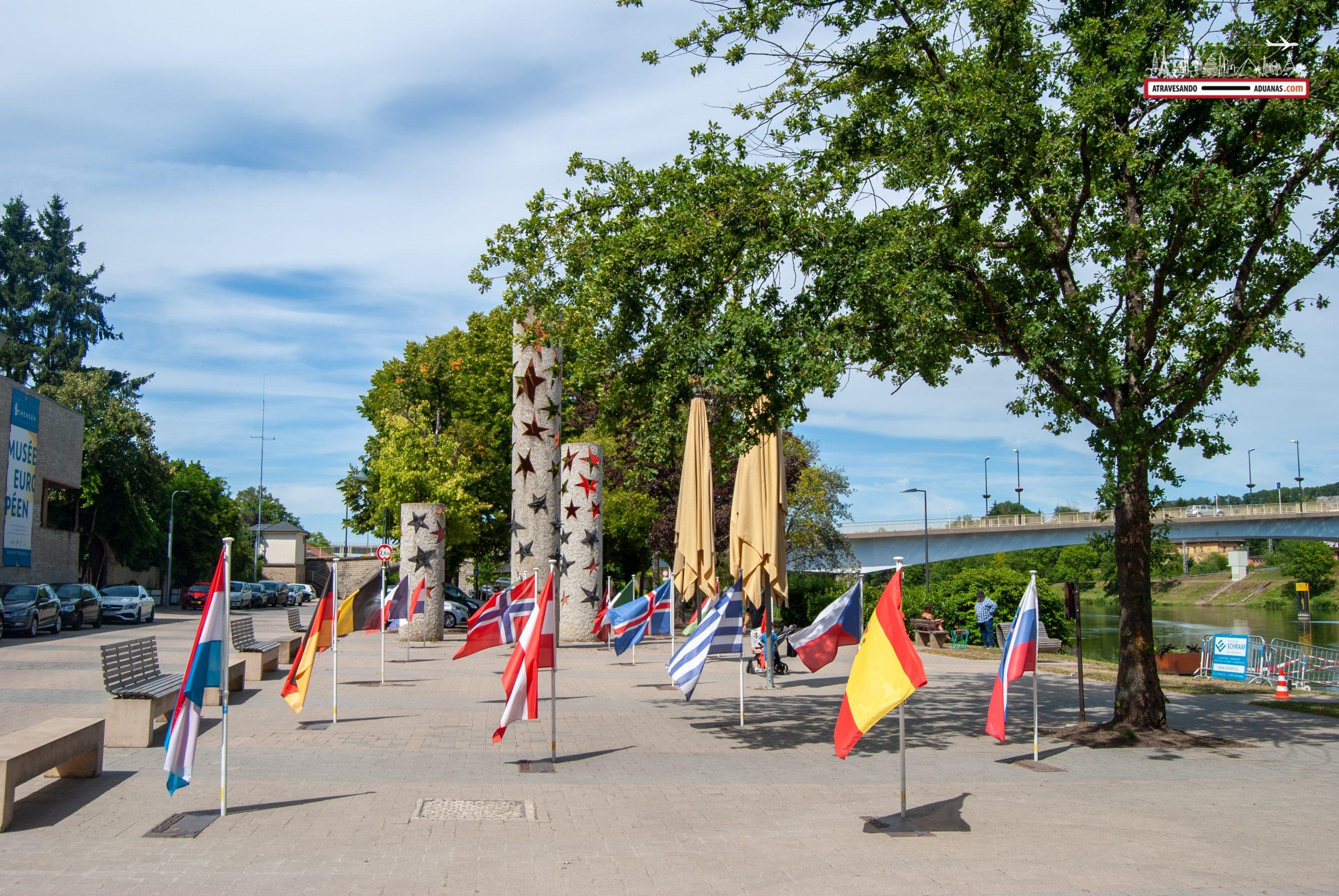 Banderas en el exterior del Museo Europeo de Schengen