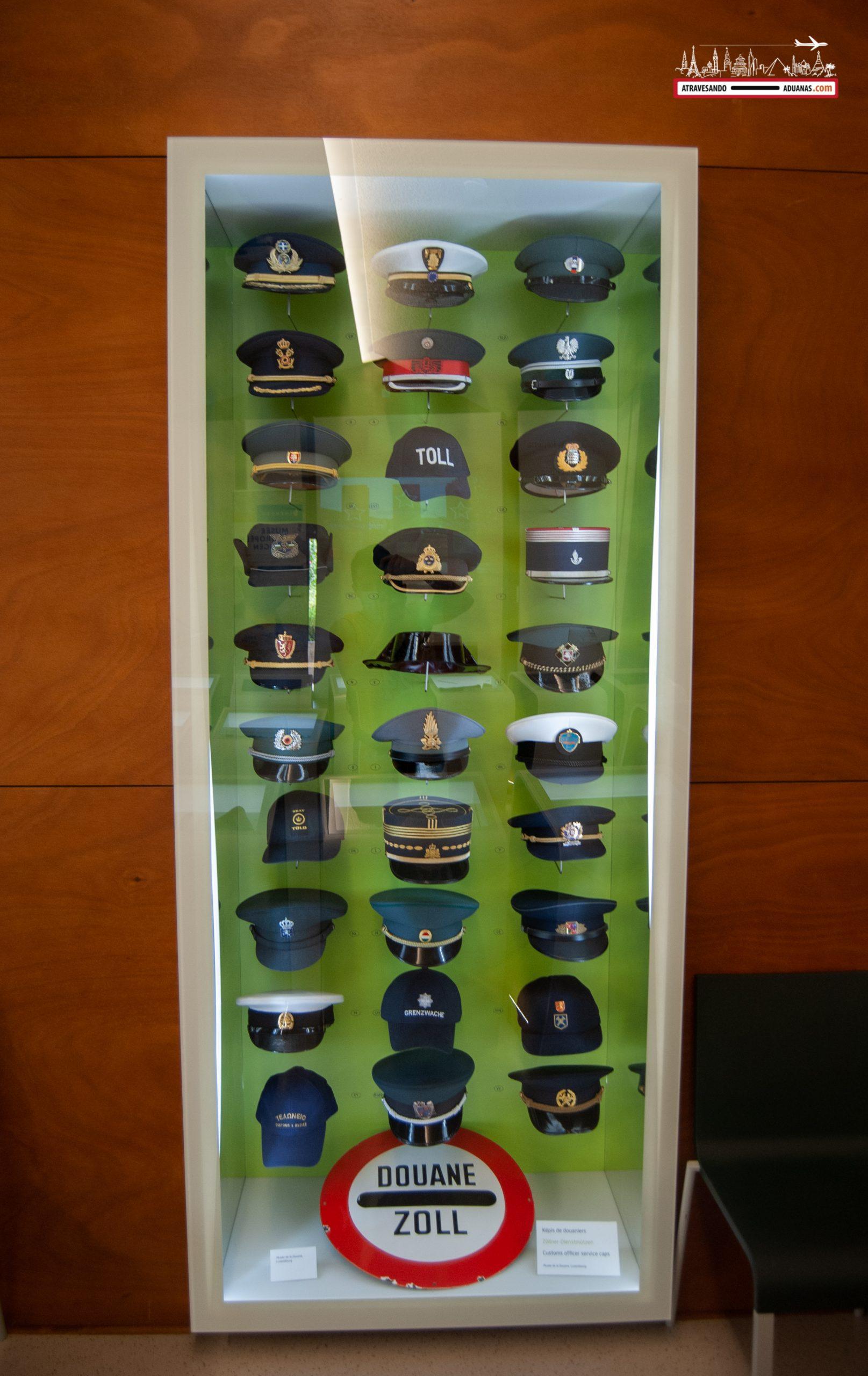 Gorras de los funcionarios de aduanas en el Museo Europeo de Schengen