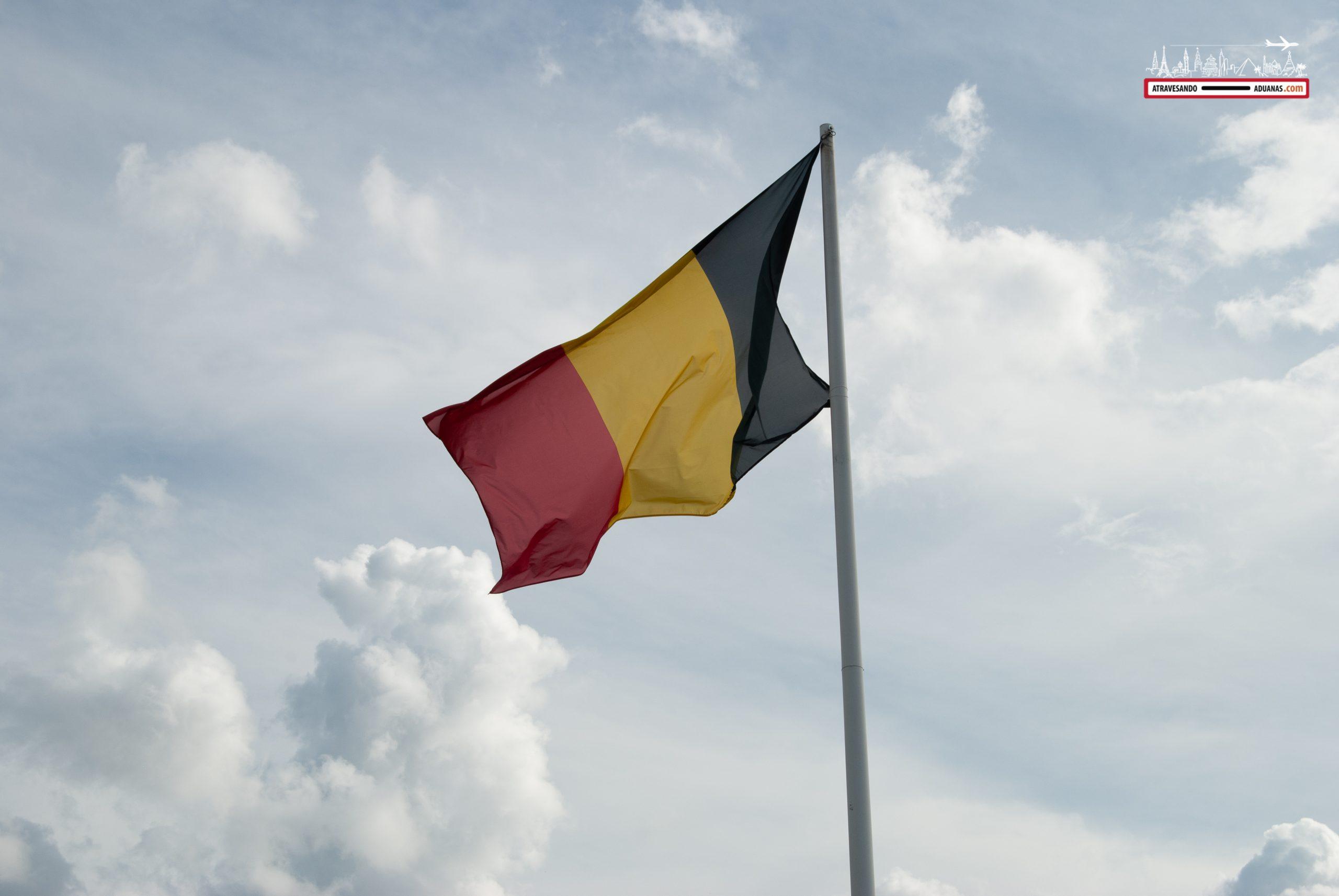 bandera belga gigante en el memorial de Mardasson