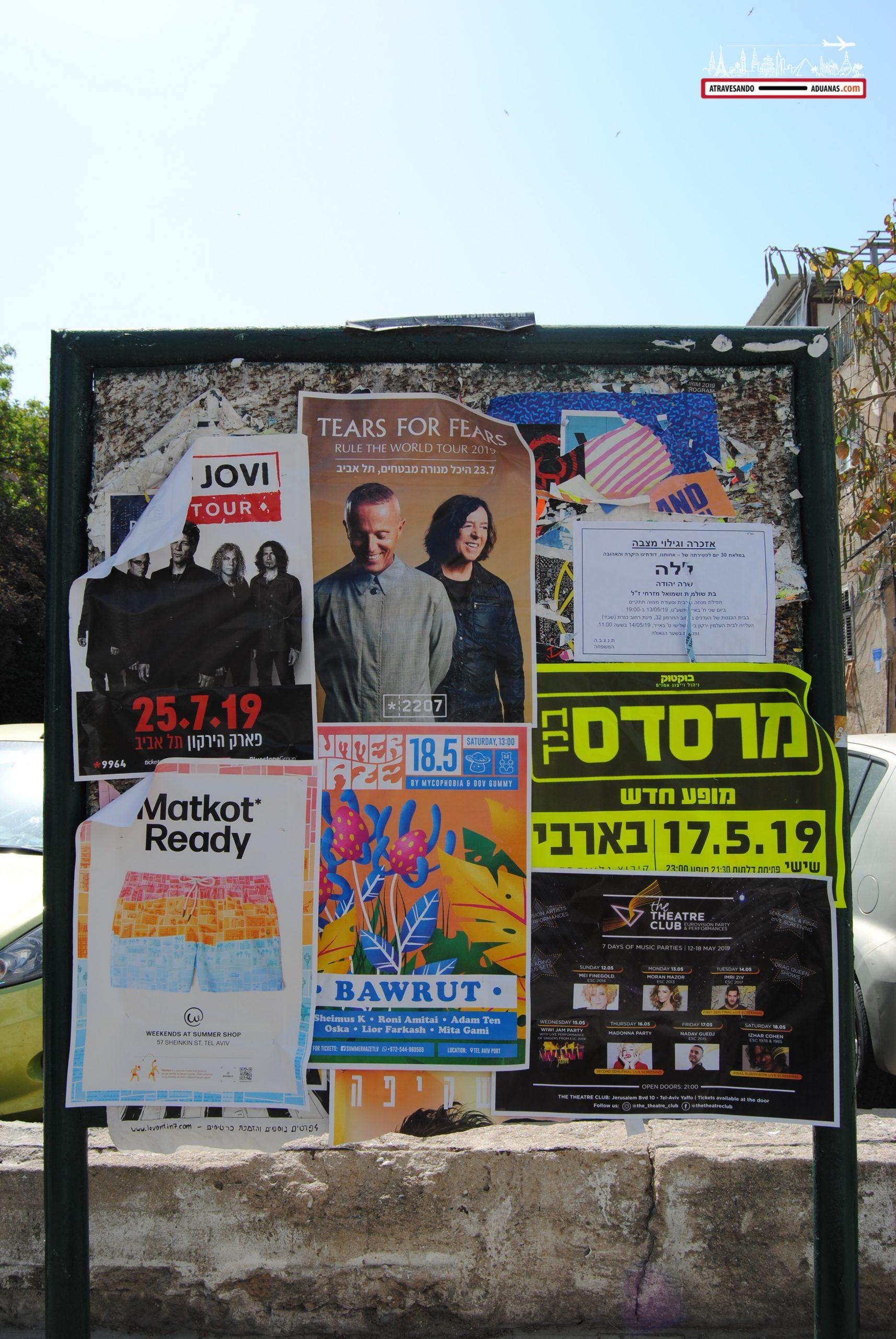 Carteles promocionando eventos en Tel Aviv