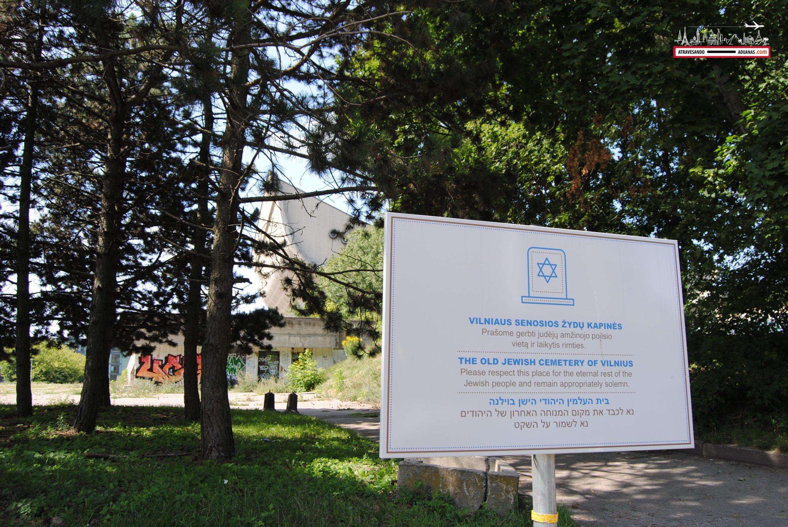 Letrero indicando la existencia del Cementerio Judío de Vilnius