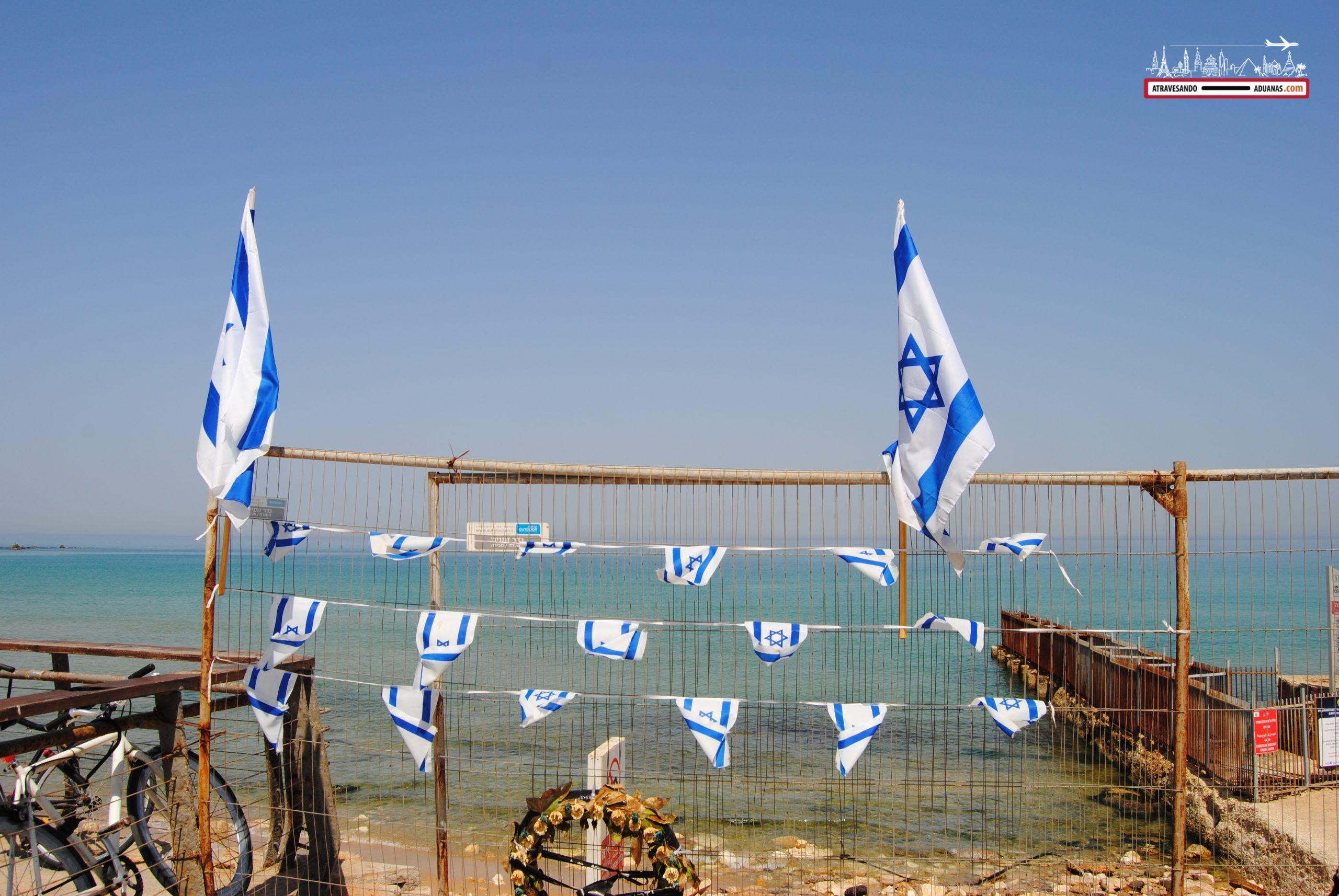 Bandera de Israel mirando al Mediterráneo