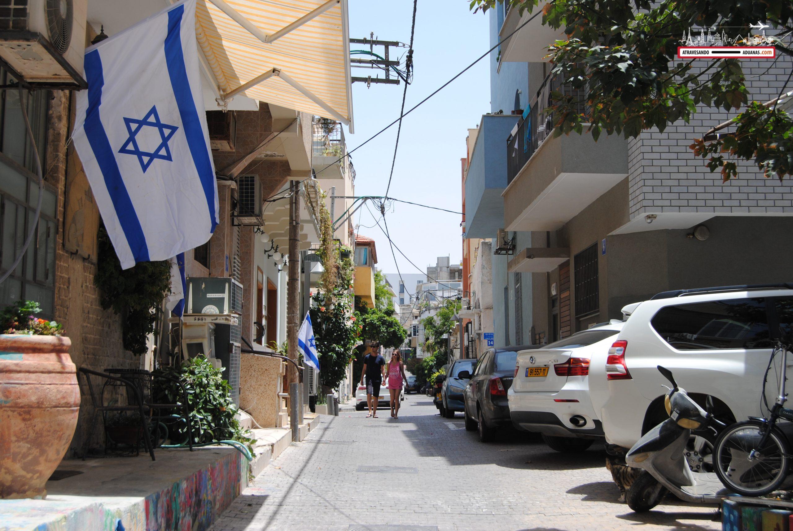 Bandera israelí en una calle de Tel Aviv