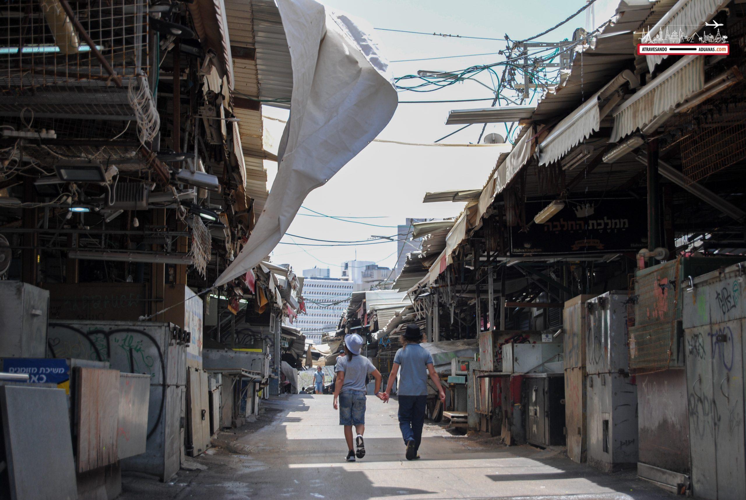 Dos niños caminan juntos de la mano en el Caramel Bazar, en Tel Aviv.
