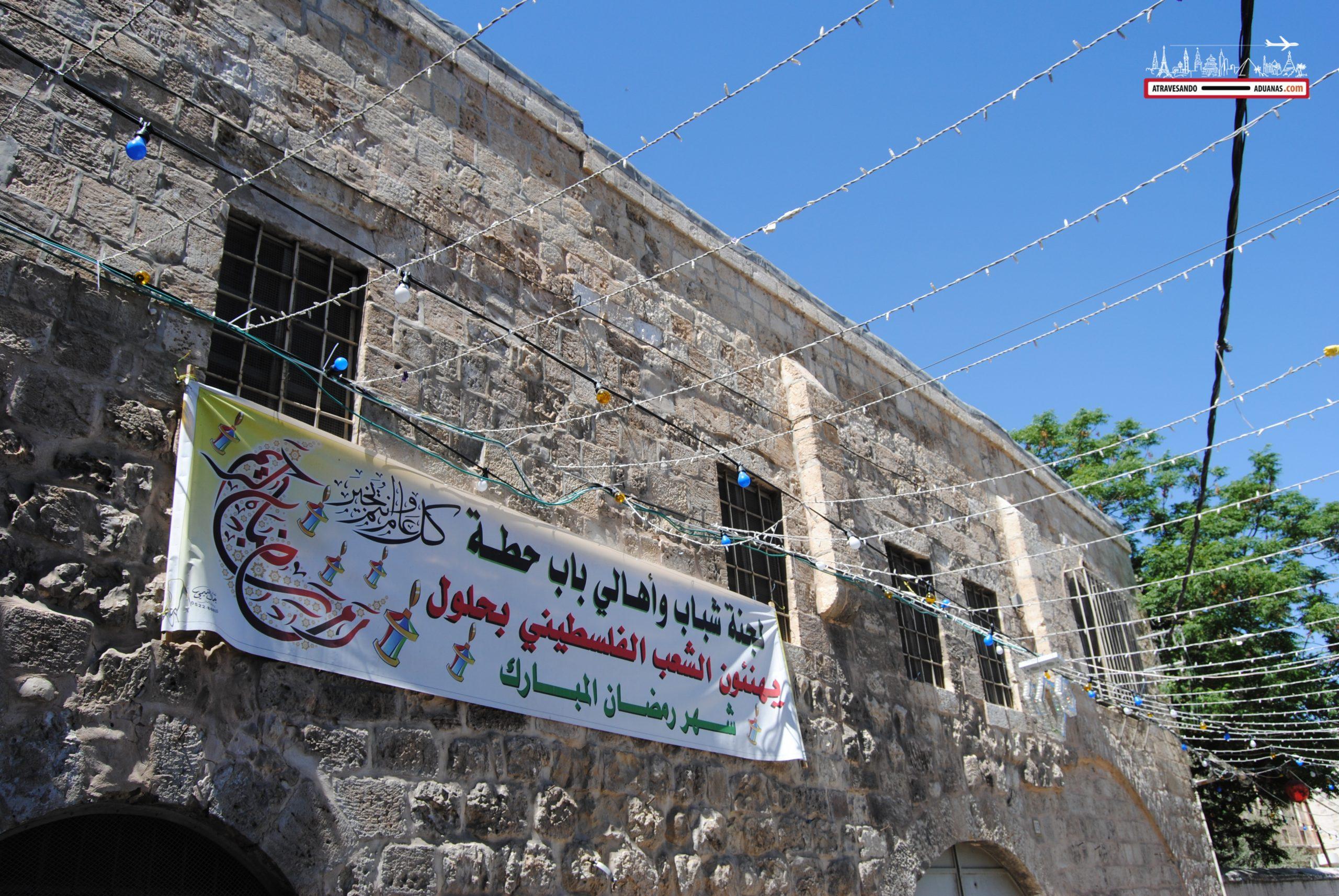 Cartel felicitando una festividad al pueblo palestino.