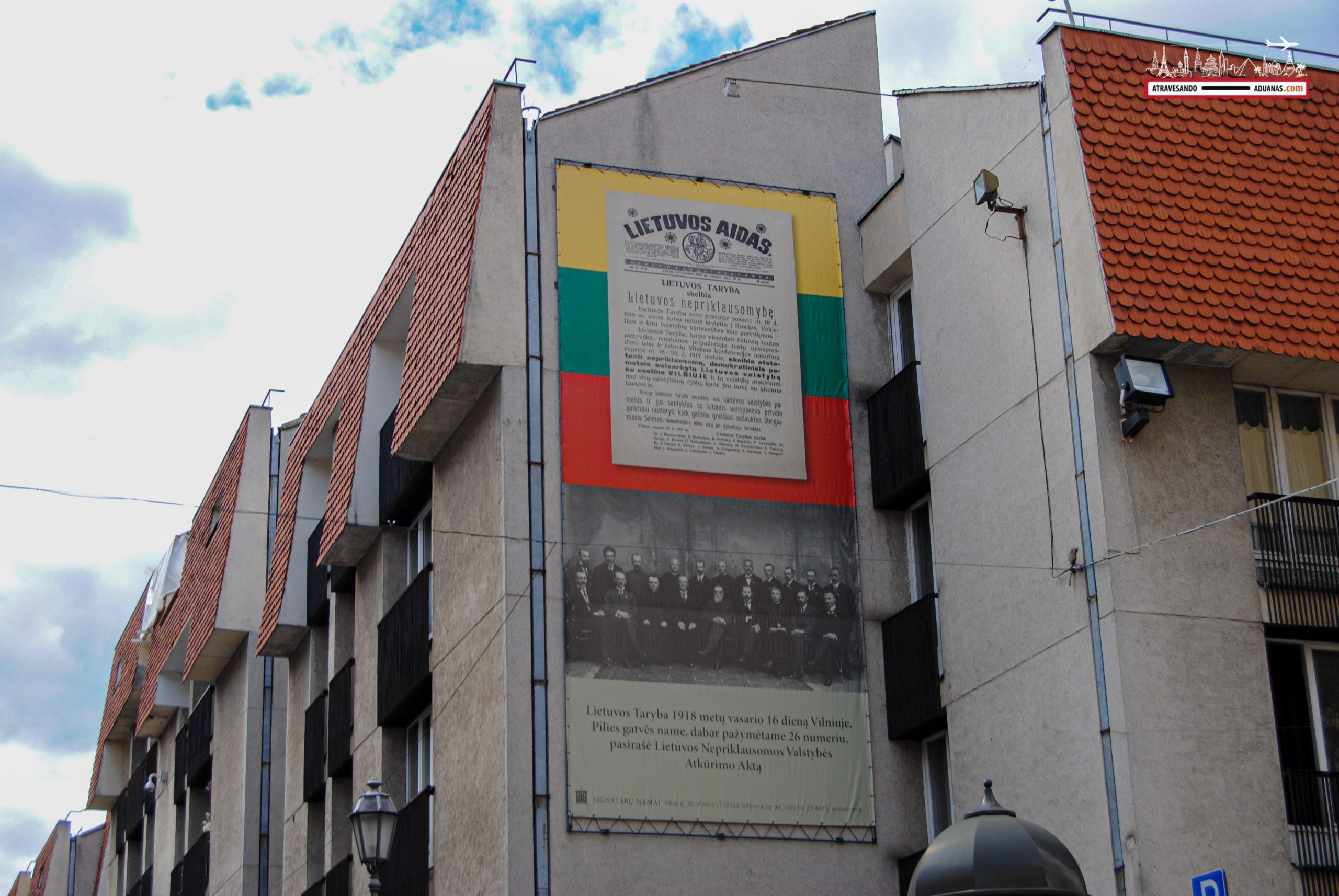 Cartel apelando al nacionalismo lituano en el centro de Vilnius