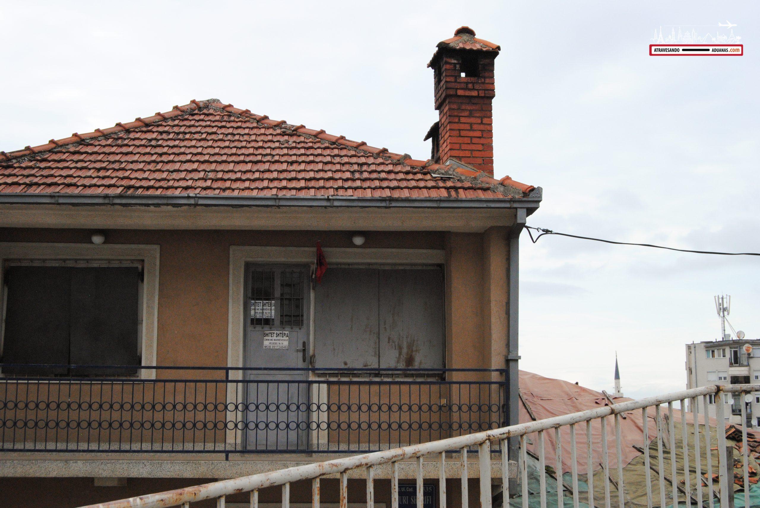 Una casa en Prizren, con la bandera albanesa