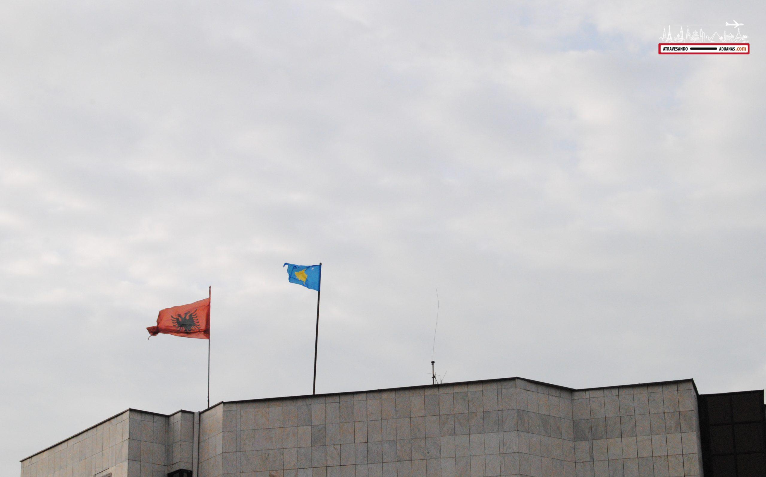 Banderas albanesa y kosovar