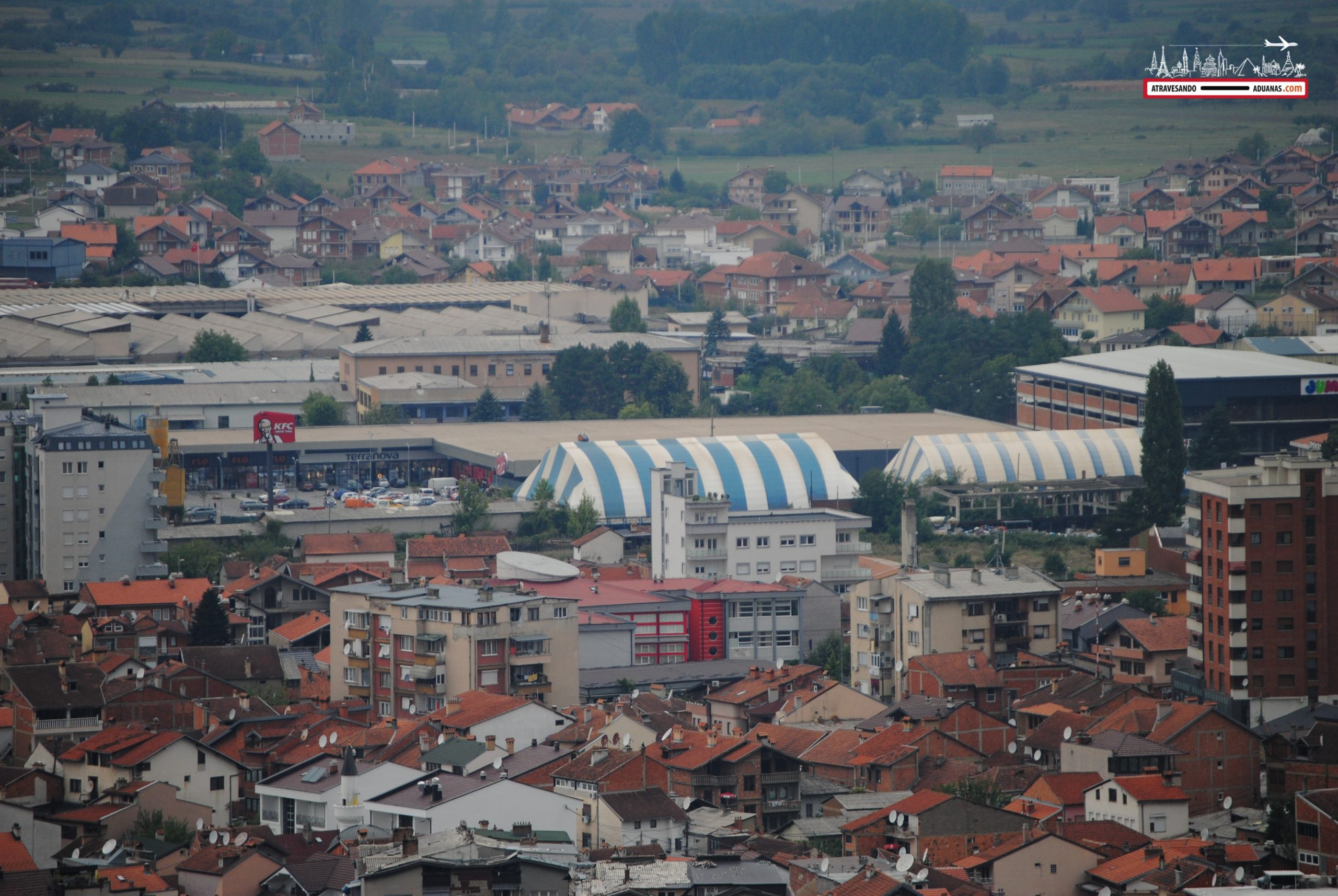 Tienda azul y blanca en Kosovo