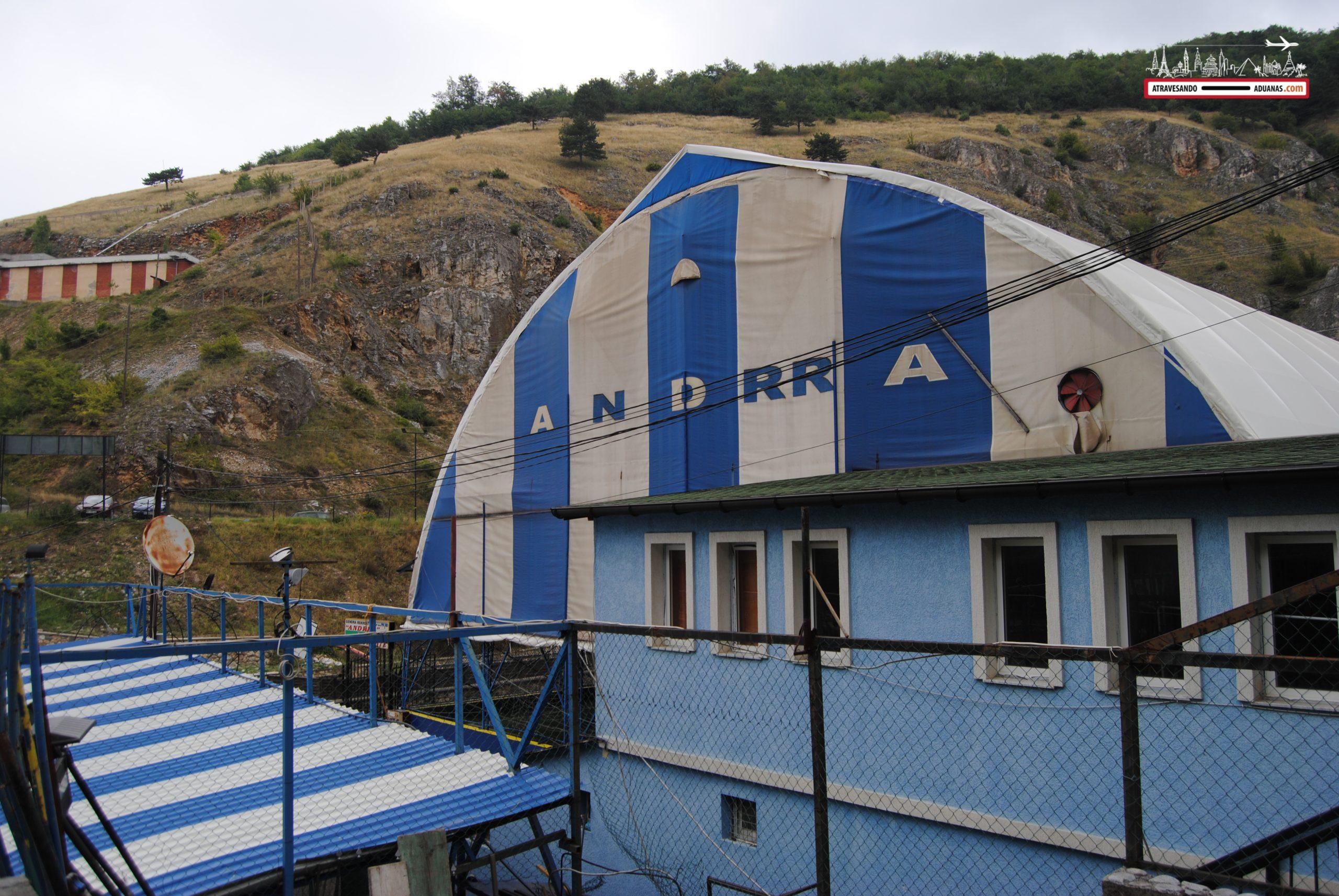 Edificio blanco y azul en Kosovo