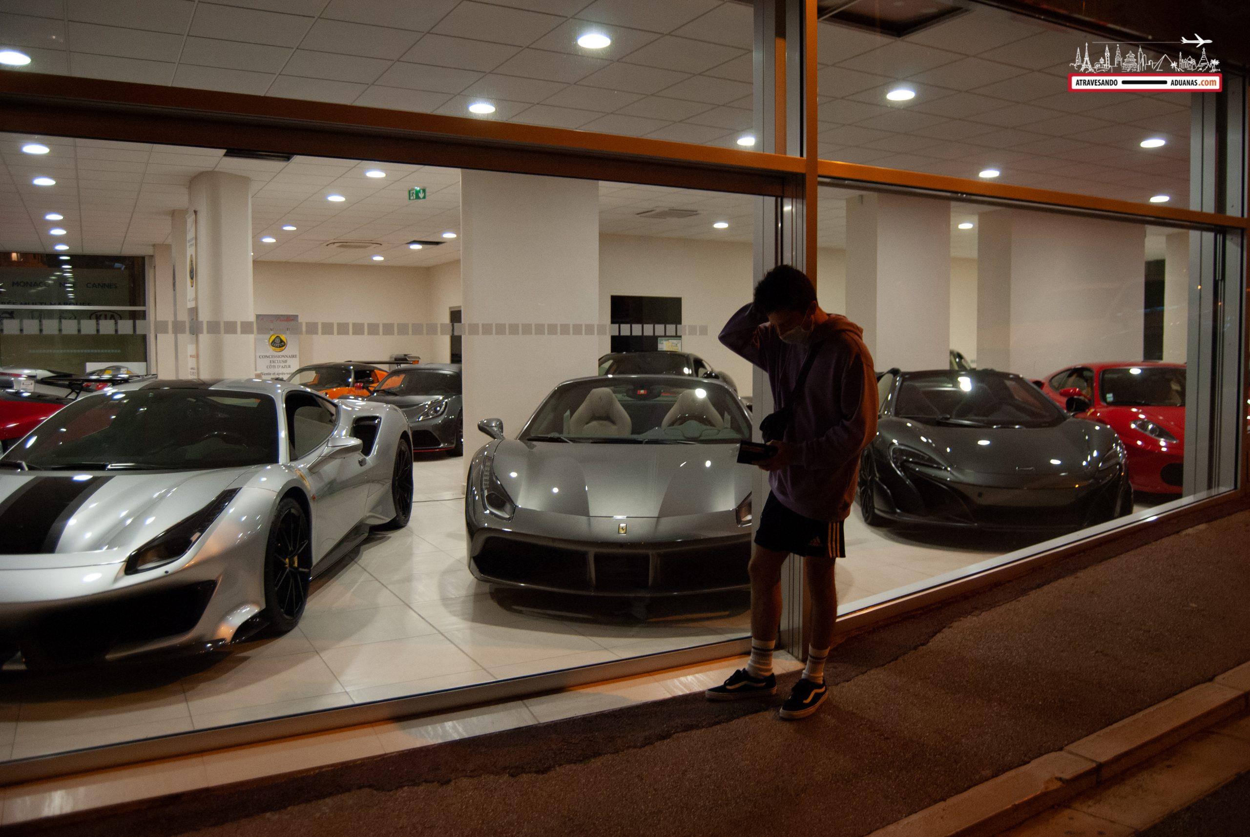 Escaparate con coches de lujo en Mónaco